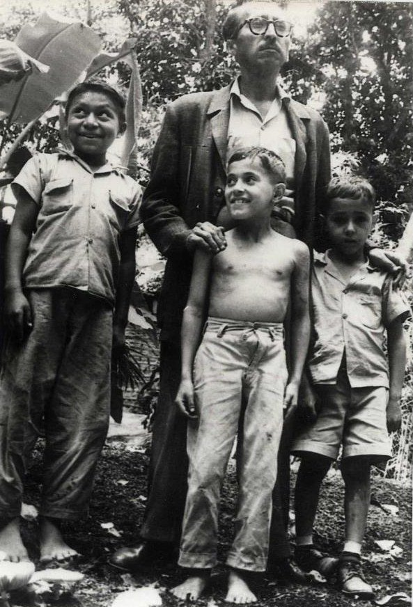 15.jul.1961 Aquejado por un cáncer de lengua, fallece en el Asilo Salvador (avenida Cuscatancingo, antiguo Manicomio Central de San Salvador) el poeta, periodista y abogado santaneco Dr. Oswaldo Escobar Velado, de 42 años de edad.