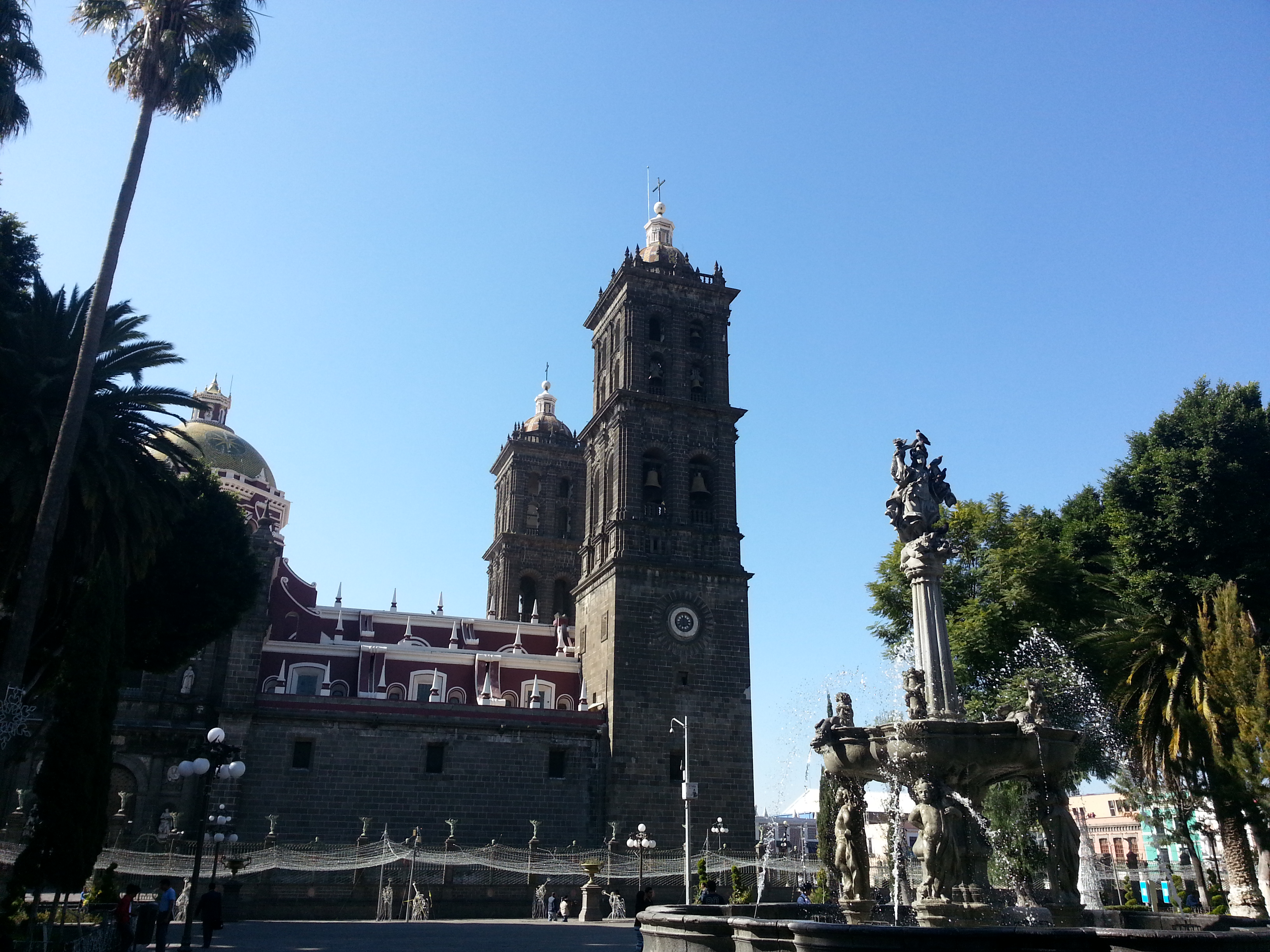 vista de la fuente de San Miguel Arcángel frente a la Catedral de Puebla
