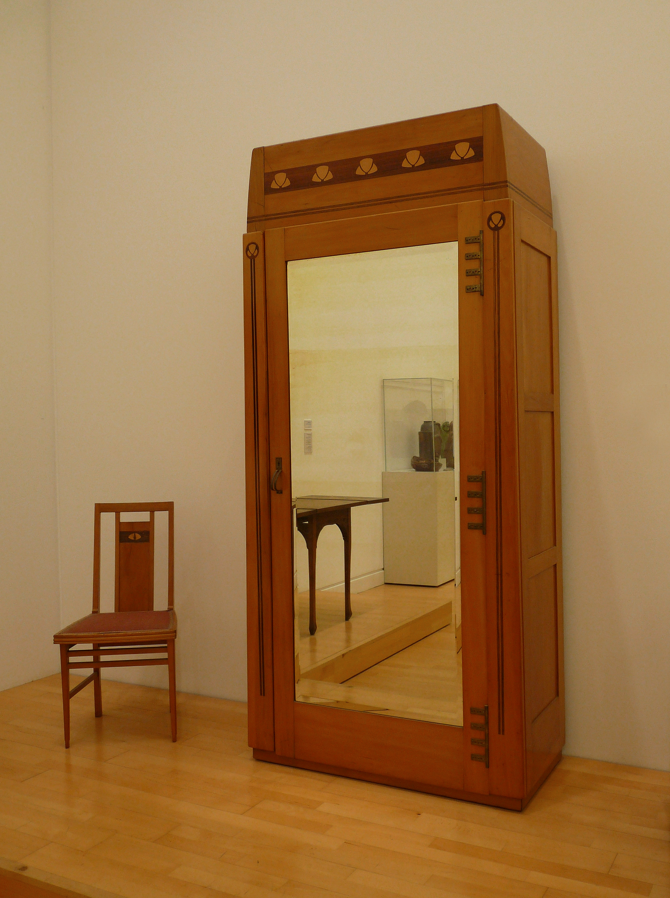 File:Gustave Serrurier-Bovy-Chaise et armoire.jpg - Wikimedia Commons