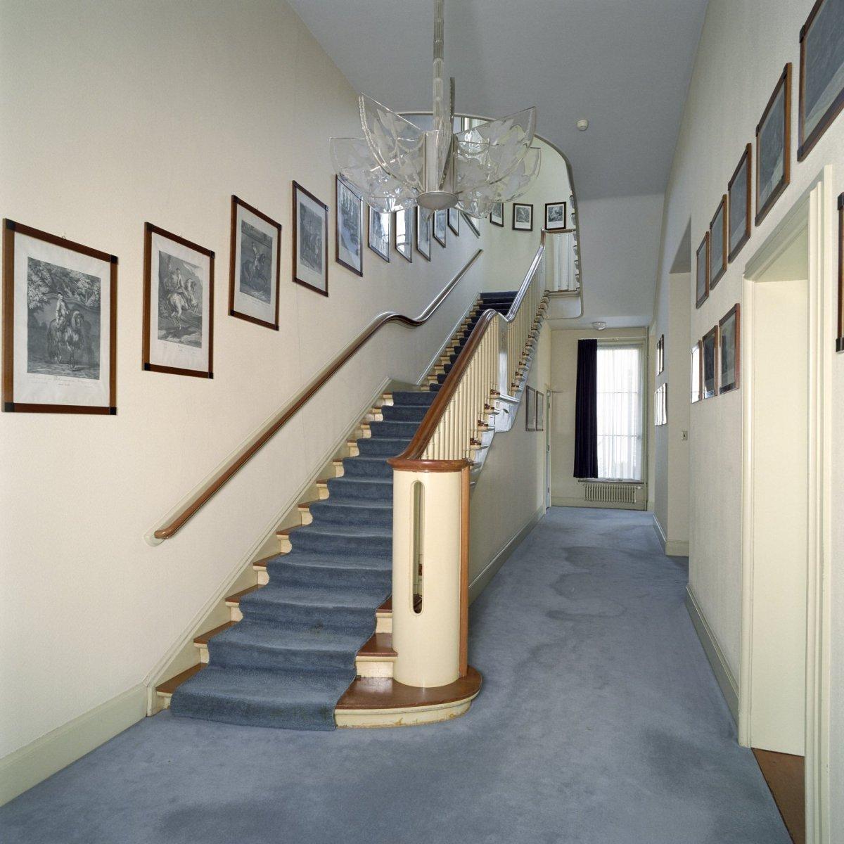 File interieur overzicht van de blauwe gang met trap gelegen aan de voorzijde van het - Model interieur trap ...