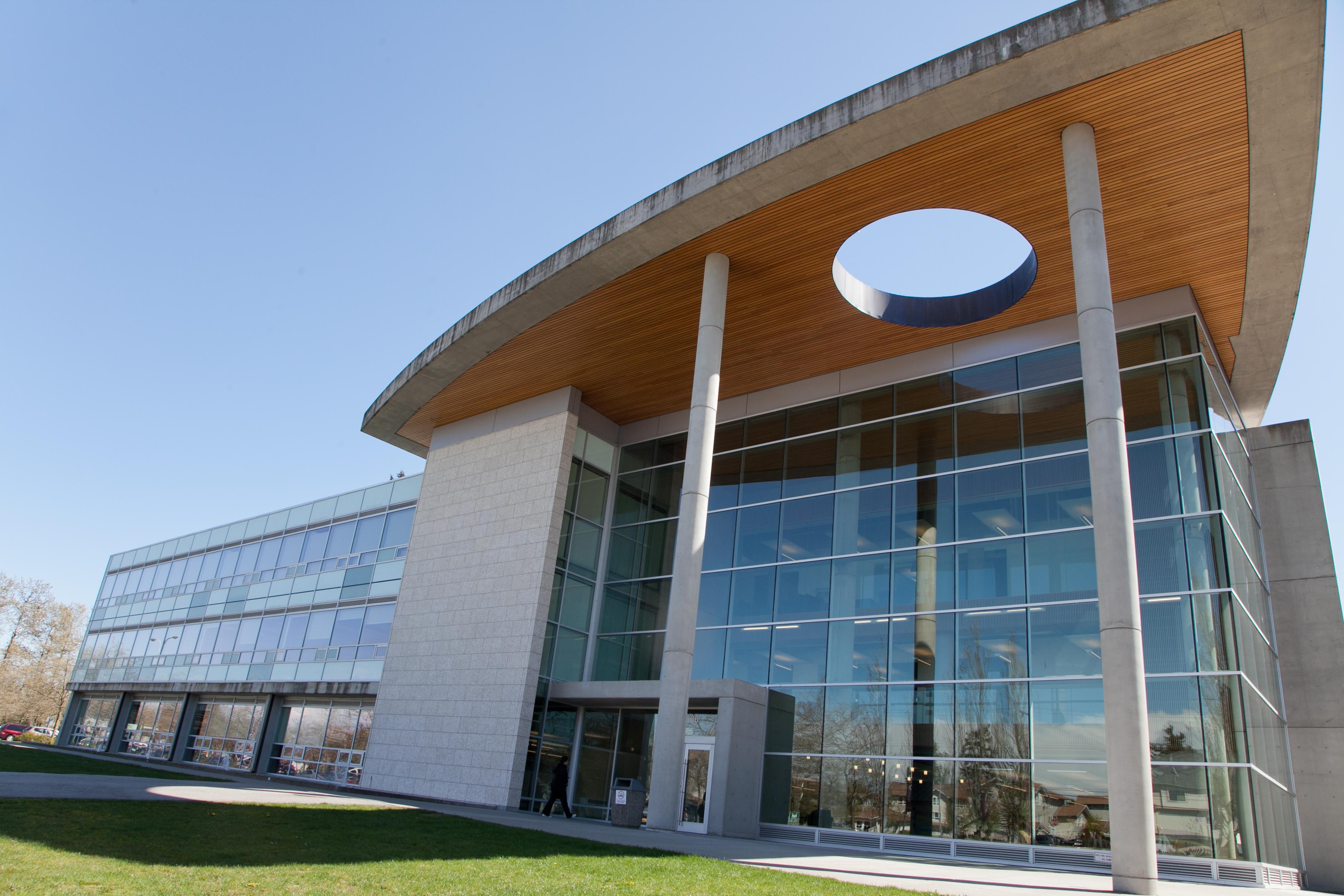http://upload.wikimedia.org/wikipedia/commons/7/79/Kwantlen_Polytechnic_University,_Surrey_Campus,_Main_building_(exterior).jpg