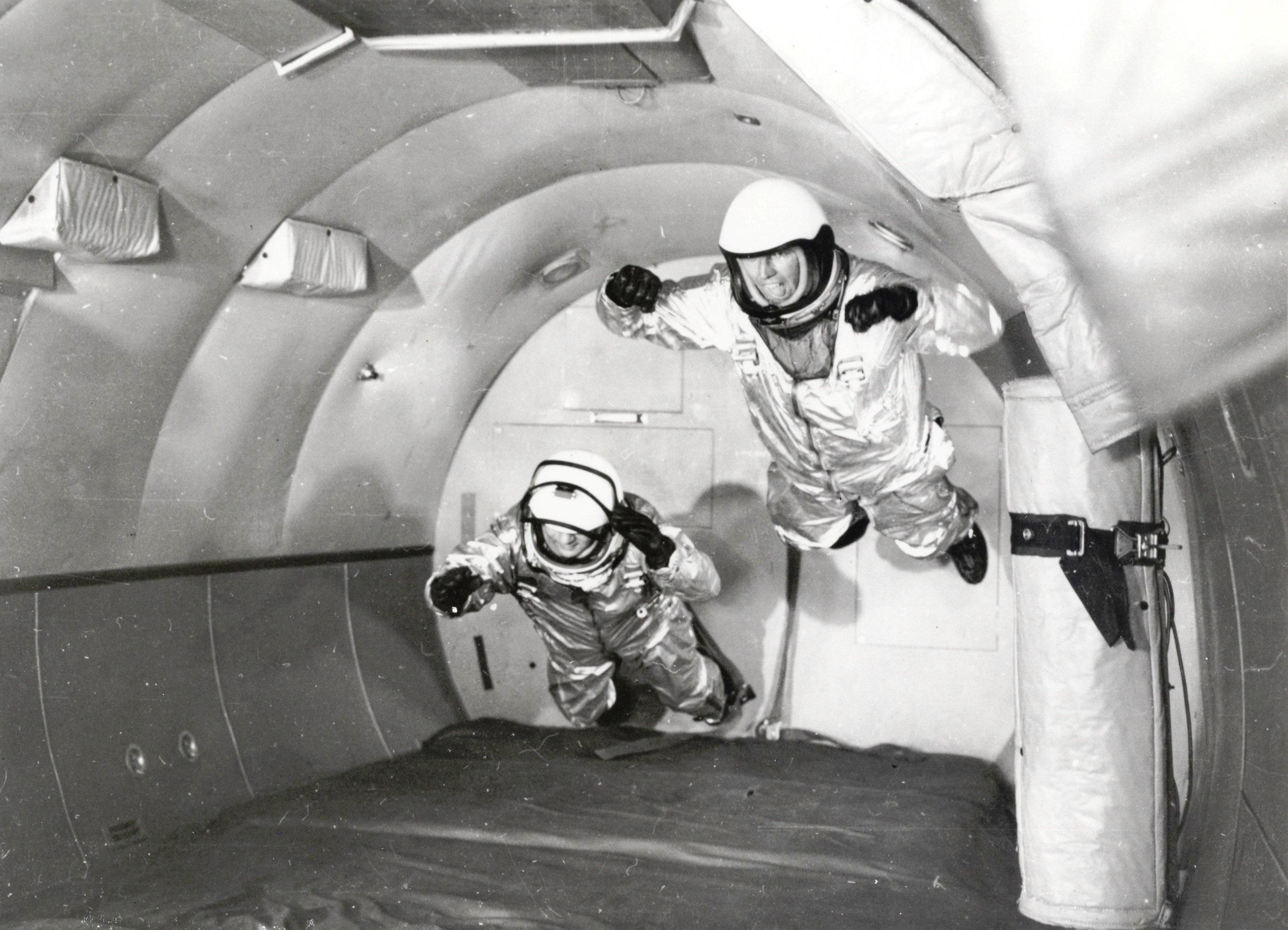Astronautes du Programme Mercury sur un C-131 en vol parabolique, 1959 - NASA - Wikimedia Commons