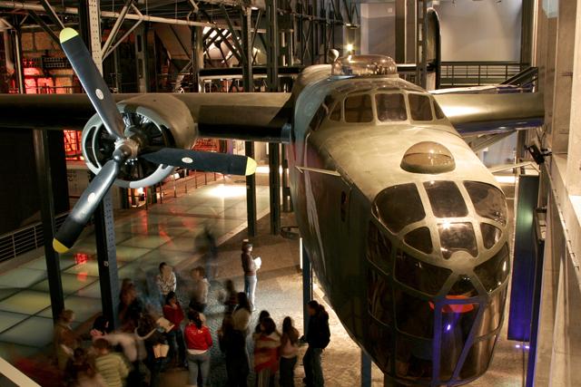 Plik:Muzeum Powstania Warszawskiego, Hala B.jpg – Wikipedia, wolna  encyklopedia