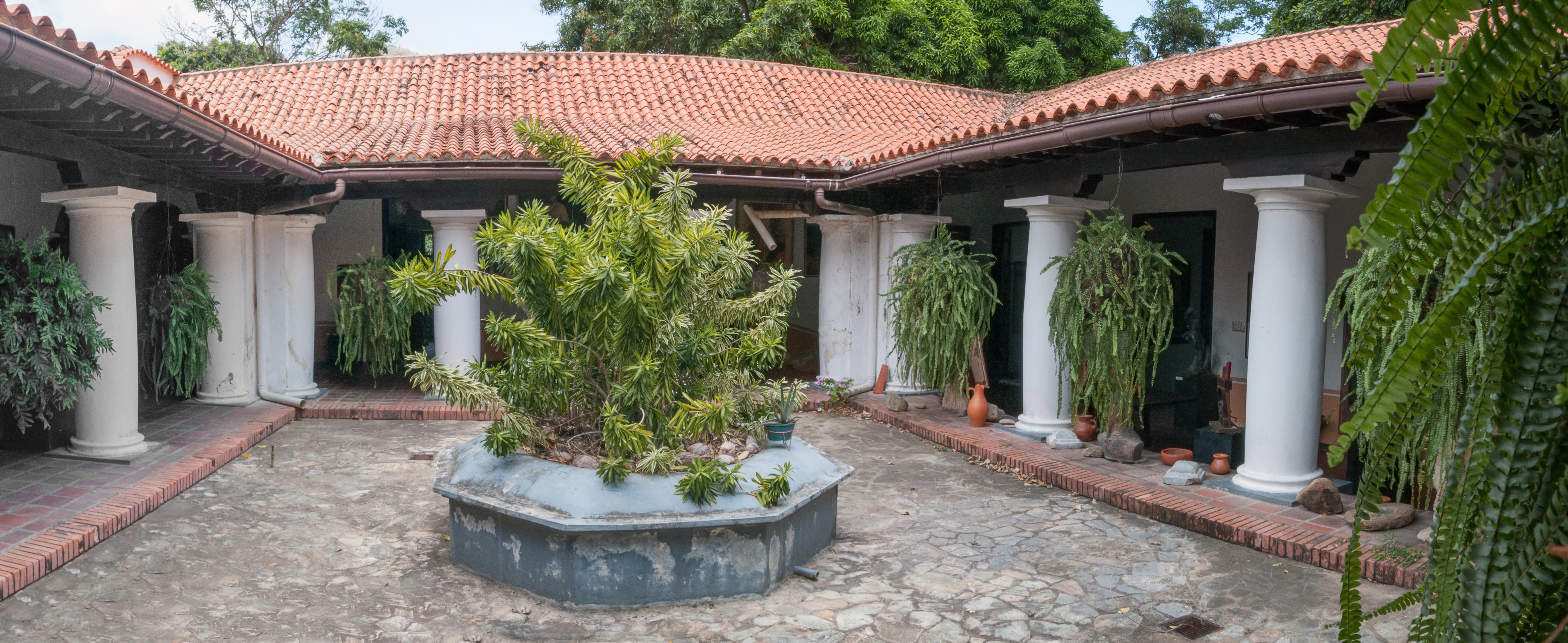 File patio interior da casa natal de santiago mari for Patios de casas