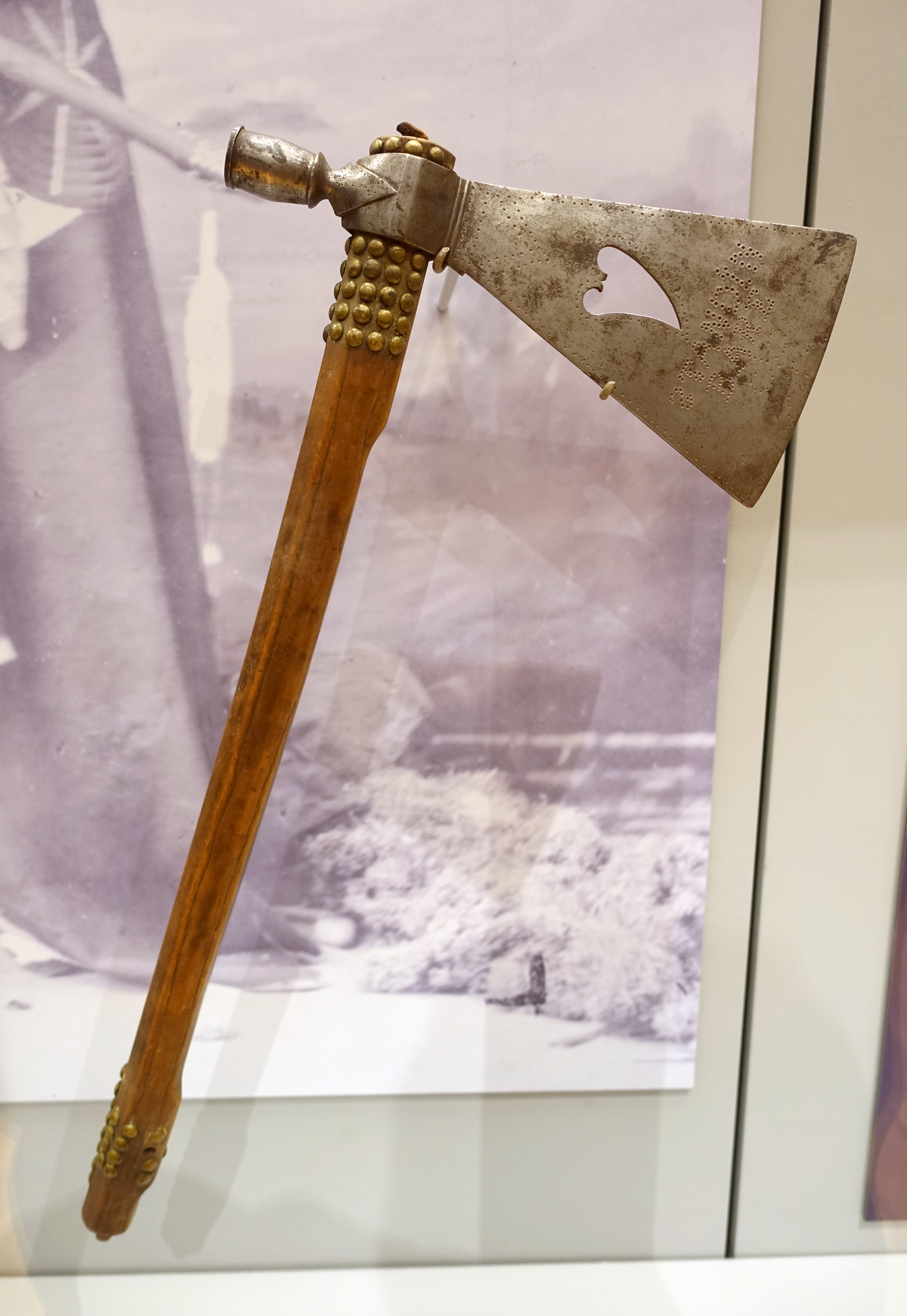 File:Pipe-tomahawk, Ponca, given by Standing Bear to