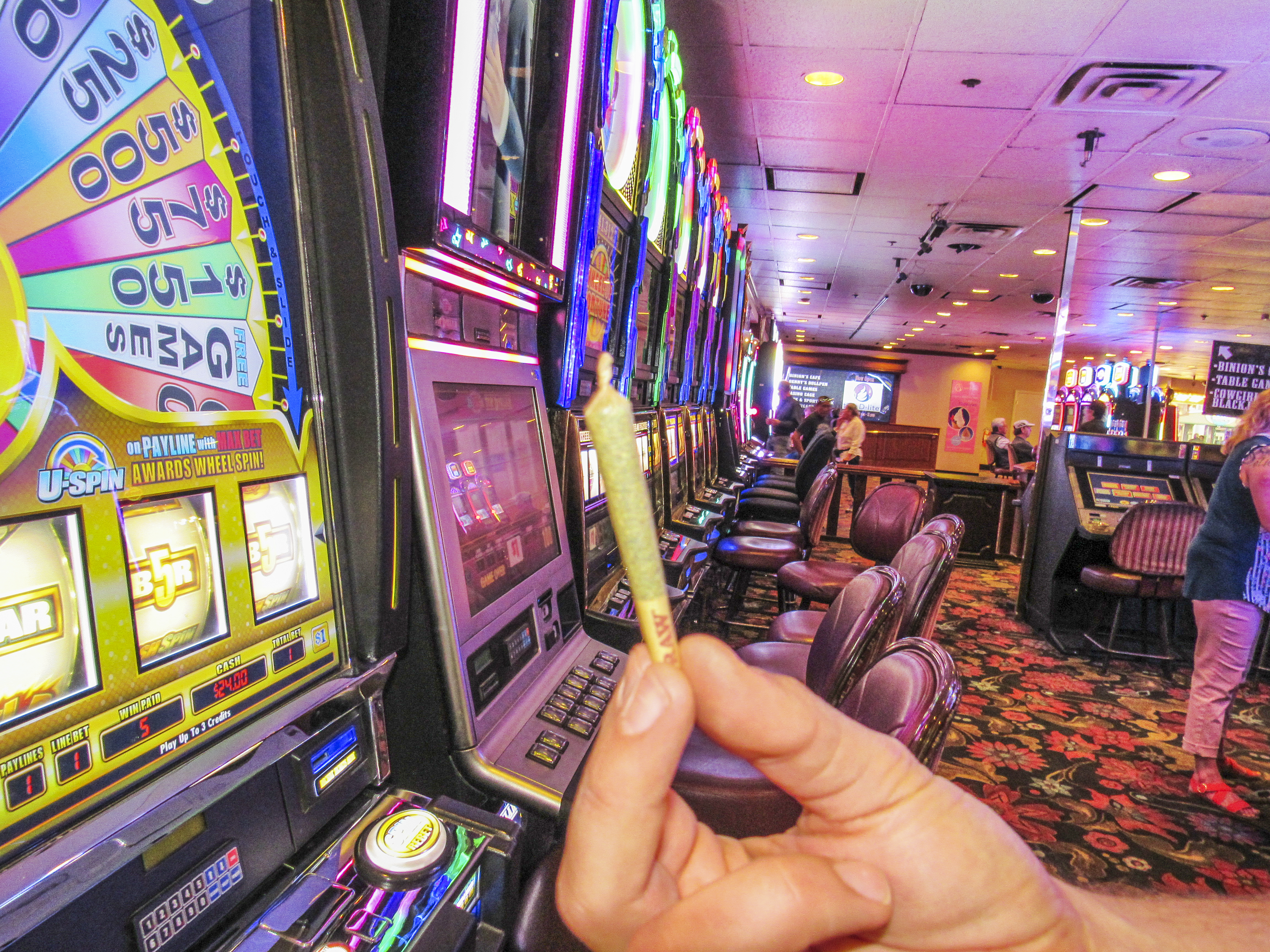 File Pot Joint With Slot Machines In Casino Jpg Wikimedia Commons