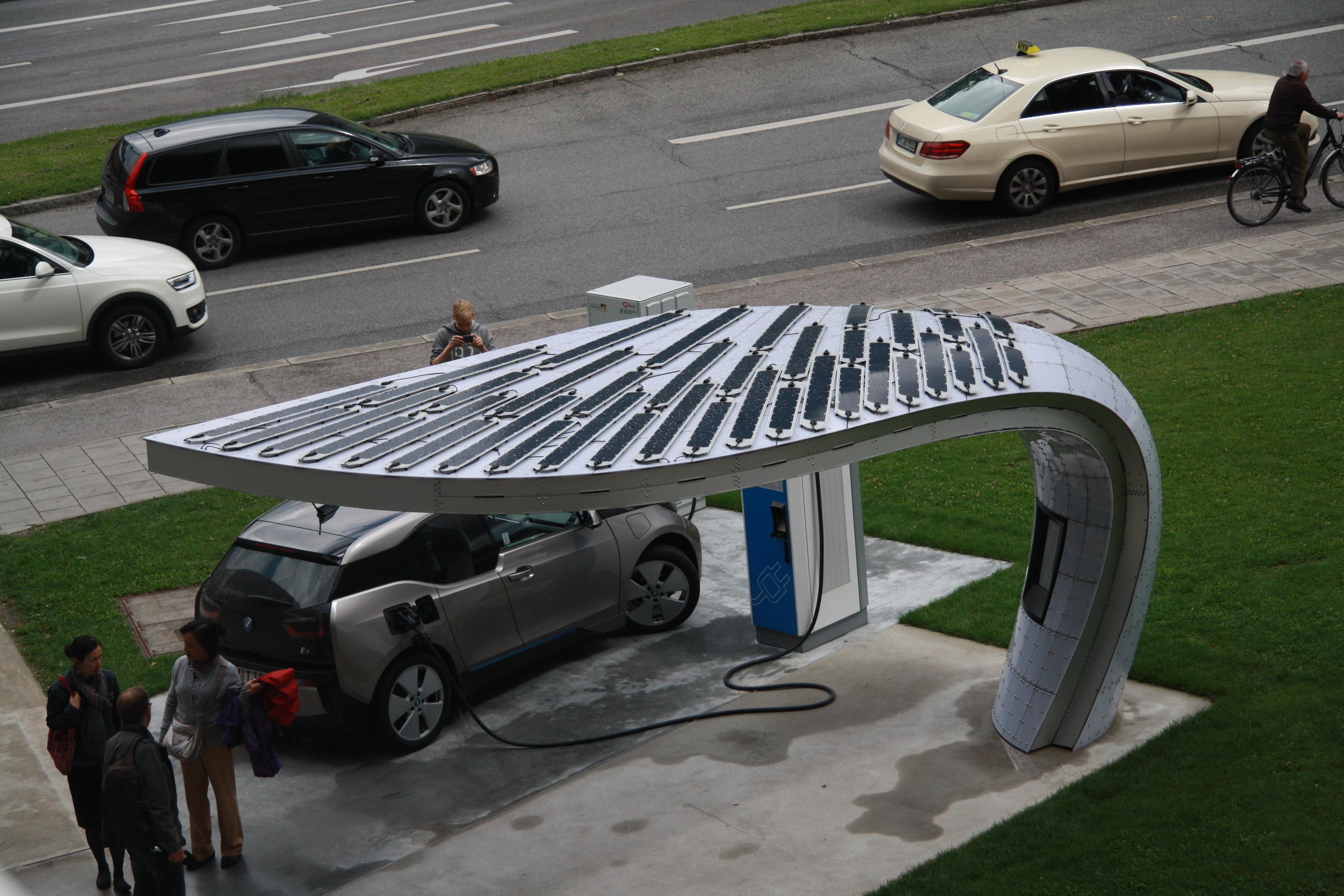 file solar car charger near bmw headquarters in munich bayern jpg wikimedia commons. Black Bedroom Furniture Sets. Home Design Ideas