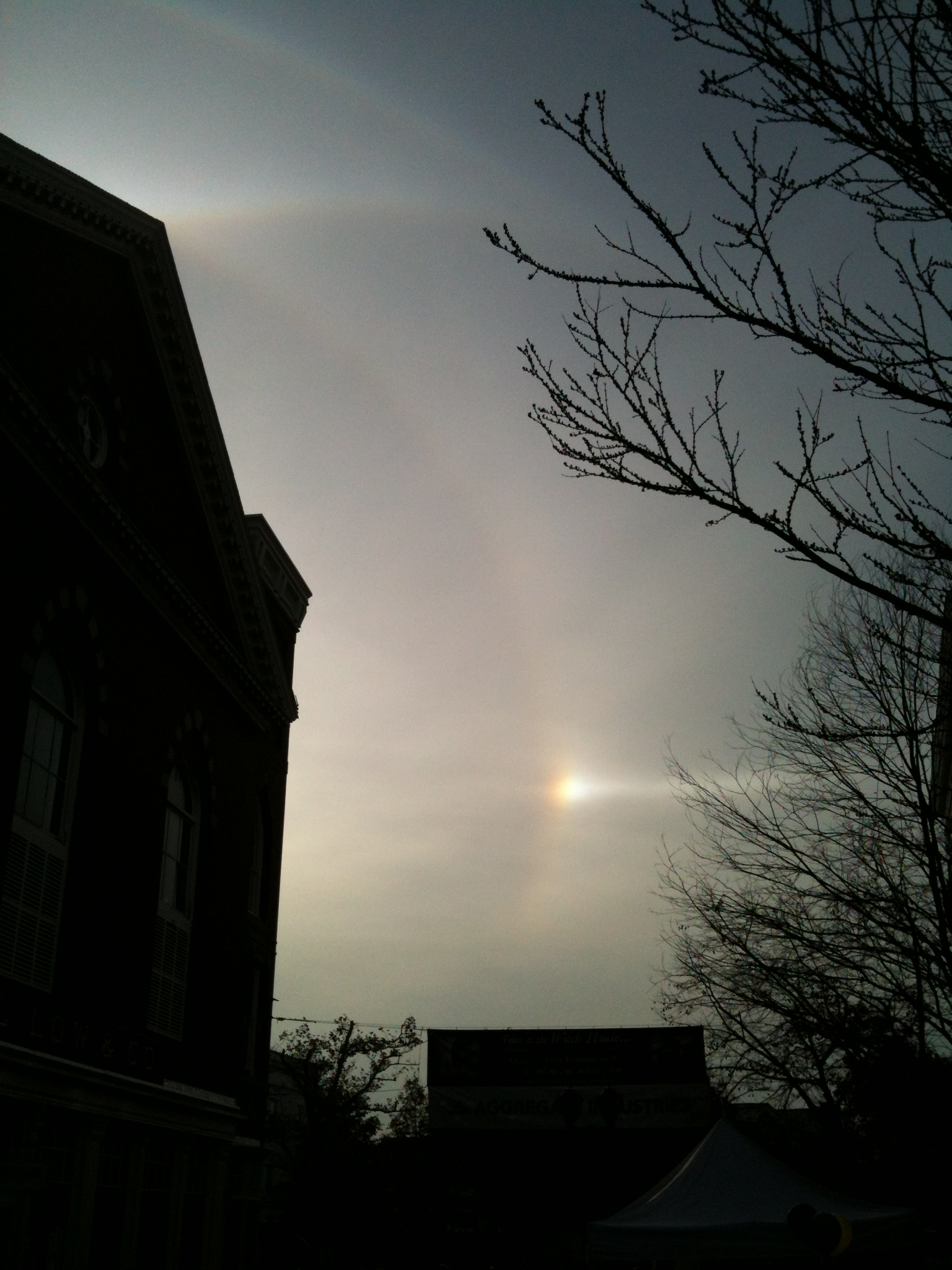 Solar_halos_and_sundog%2C_Salem%2C_MA%2C_Oct_27%2C_2012.JPG