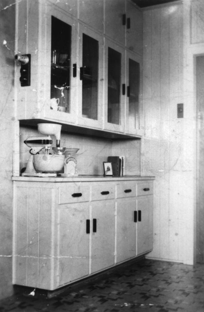FileStateLibQld 2 142631 Kitchen cabinets in a Brisbane home built in the 1940s. & File:StateLibQld 2 142631 Kitchen cabinets in a Brisbane home built ...
