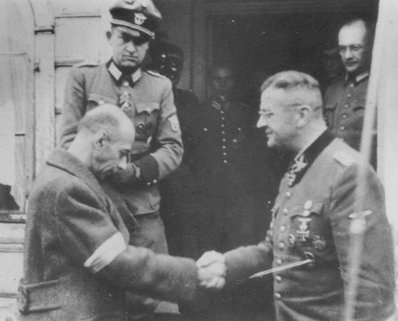 https://upload.wikimedia.org/wikipedia/commons/7/79/Tadeusz_Bor_Komorowski_and_Erich_von_dem_Bach_in_Ozarow.jpg