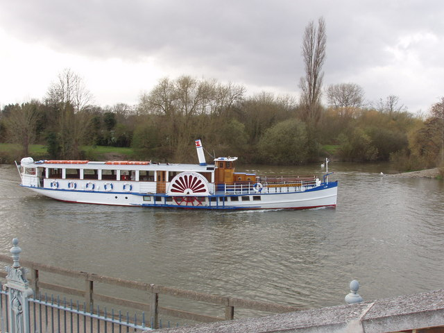Thames river boat by Hampton Court - geograph.org.uk - 745370