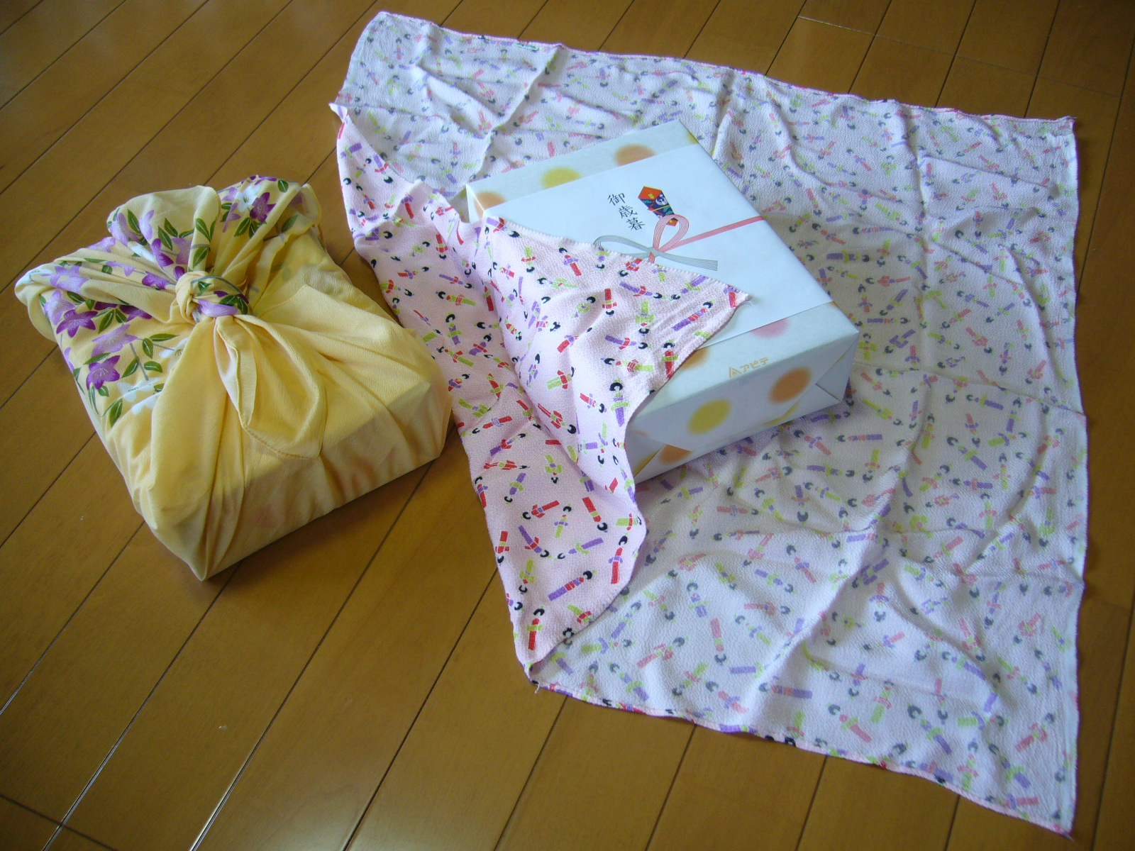 Baby Gifts For Japanese : File traditional japanese wrapping cloth huroshiki katori