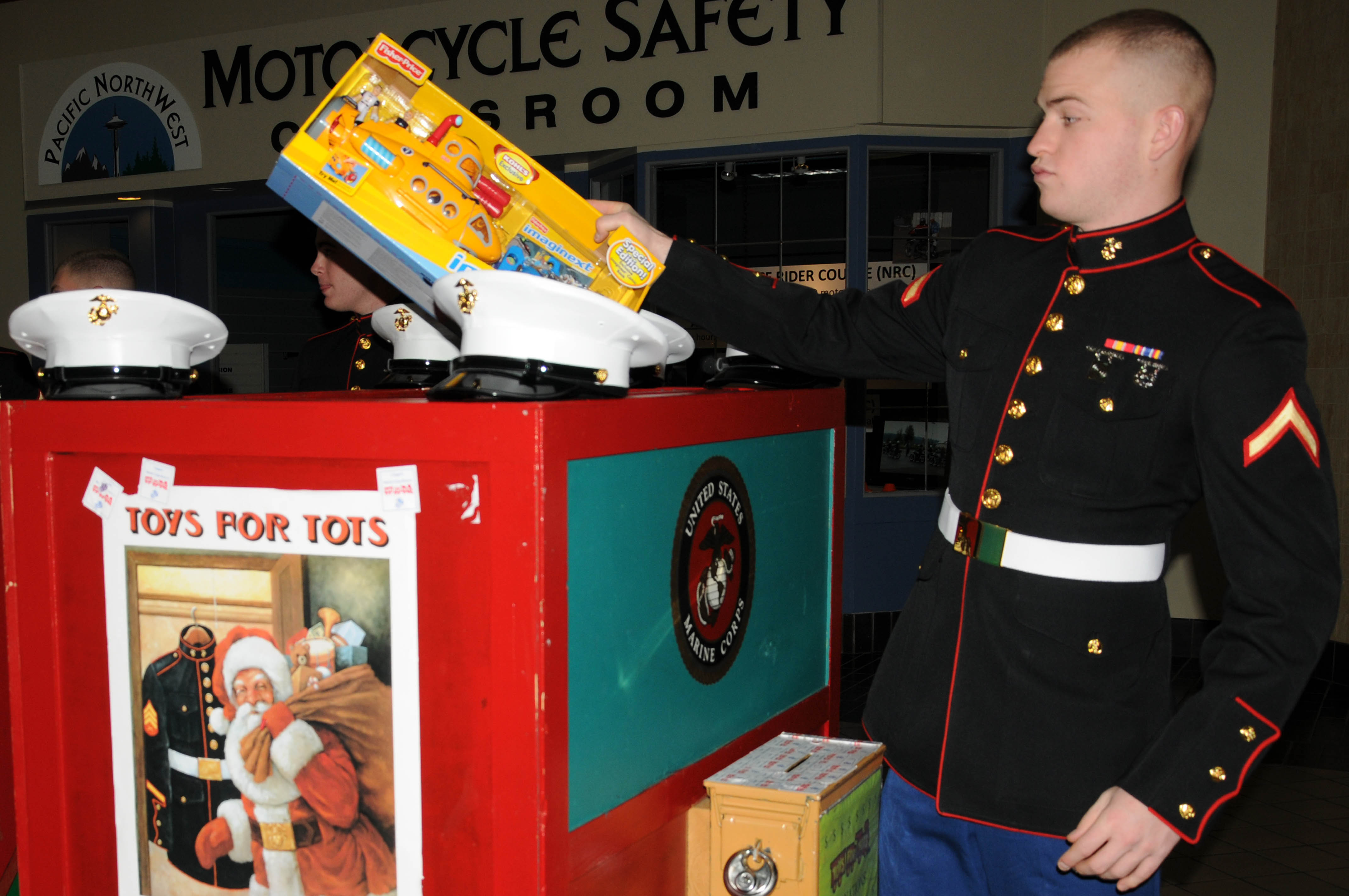 Us Marines Toys For Tots : File us navy n t pfc eric tanis puts toys