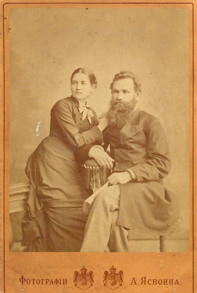 1880年,與當時的未婚妻莎拉合影。
