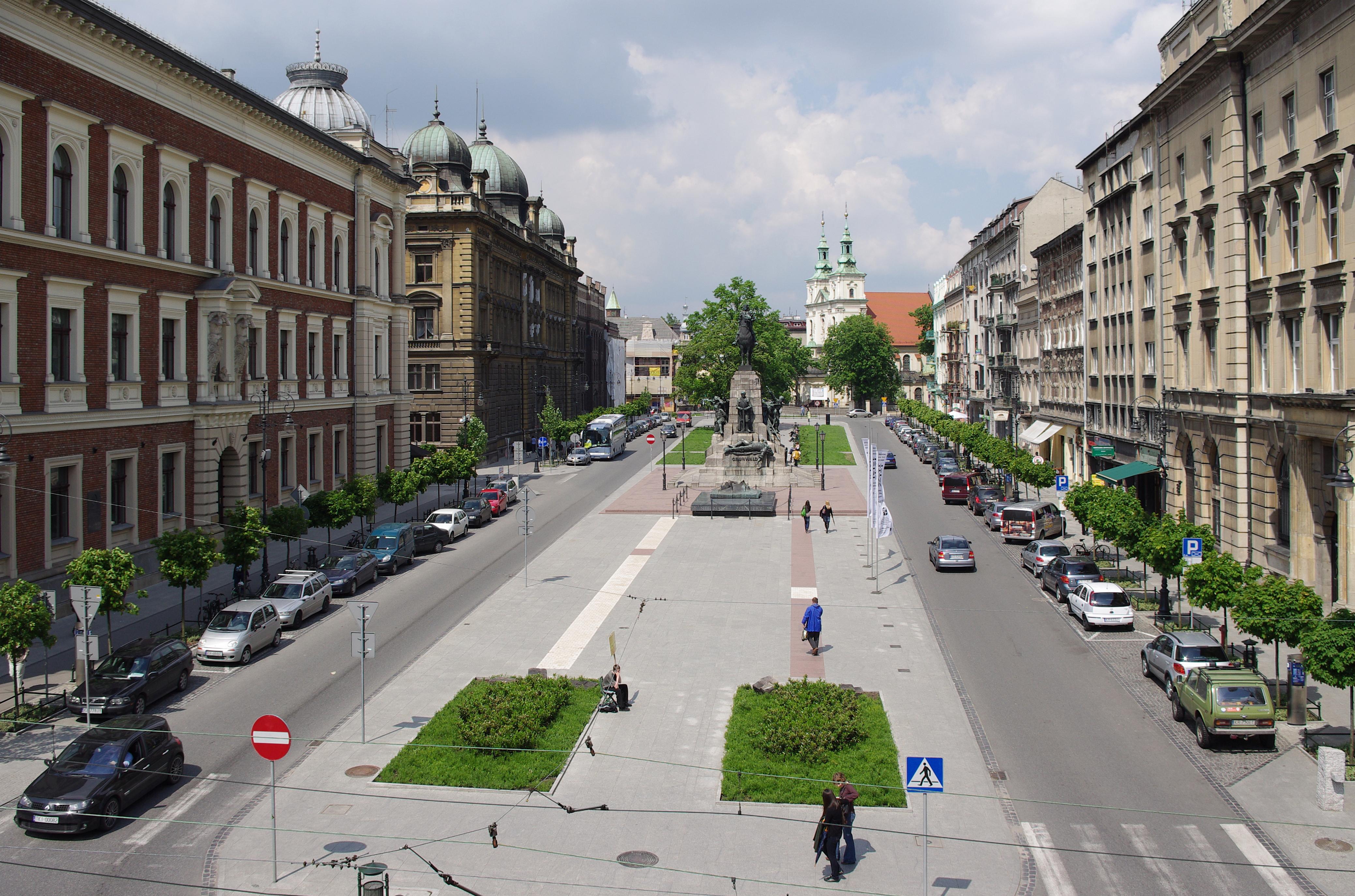 ¿Cuáles son algunos lugares históricos famosos o importantes para visitar en Polonia