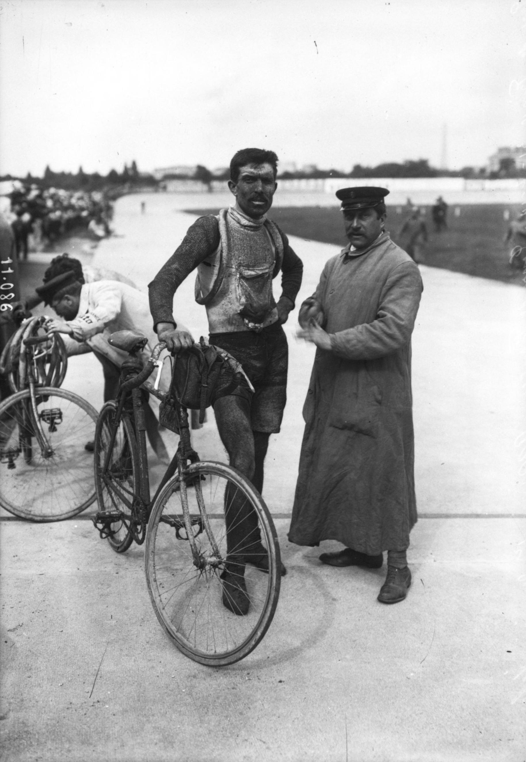 Ernesto Azzini en su triunfo de etapa del Tour de France del 1910