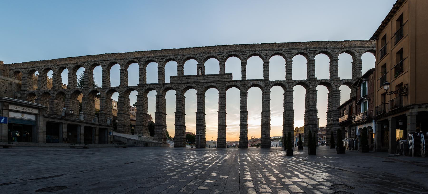 File:Acueducto de Segovia, panorámica al amanecer.jpg - Wikimedia Commons