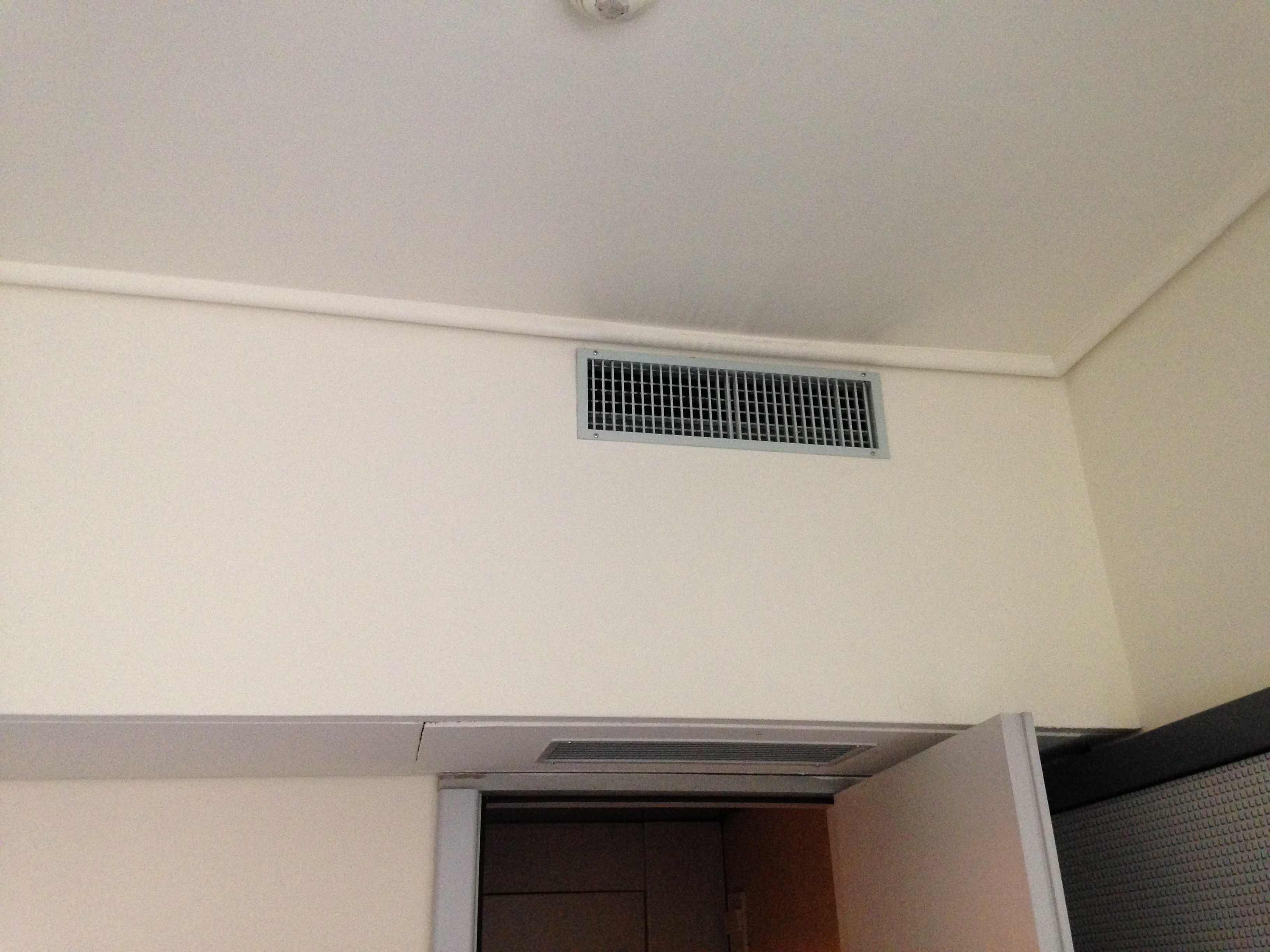 File:Air conditioner at the hotel bedroom.jpg - Wikimedia Commons