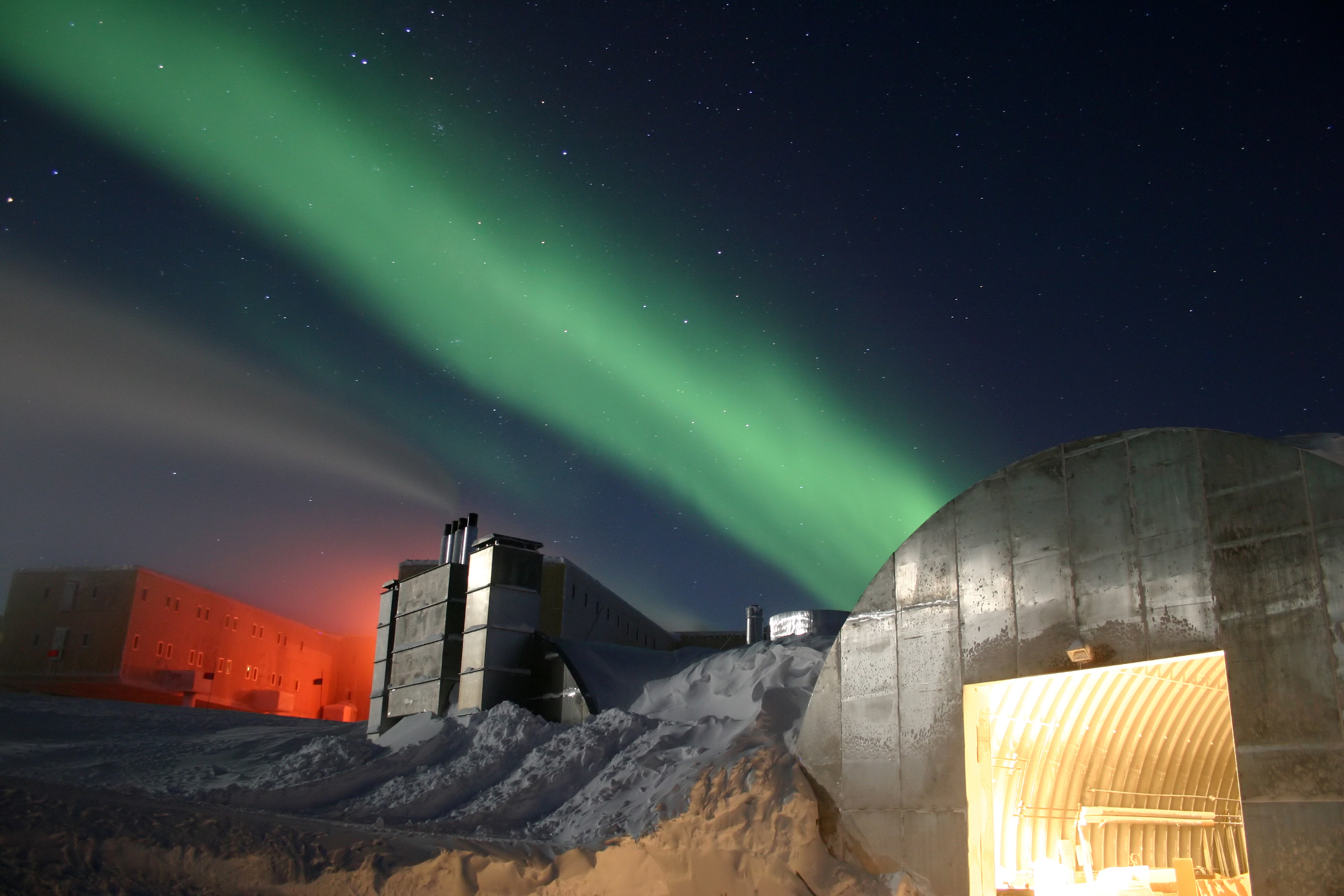 http://upload.wikimedia.org/wikipedia/commons/7/7a/Amundsen-Scott_marsstation_ray_h_edit.jpg