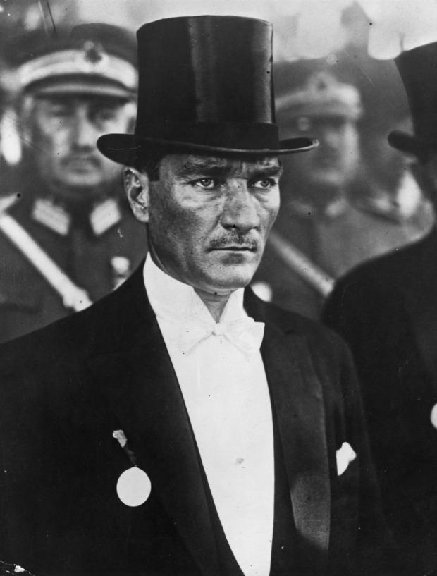 Atatürk silindir şapka, frak ve İstiklâl Madalyası ile bir törende, 1925.jpg