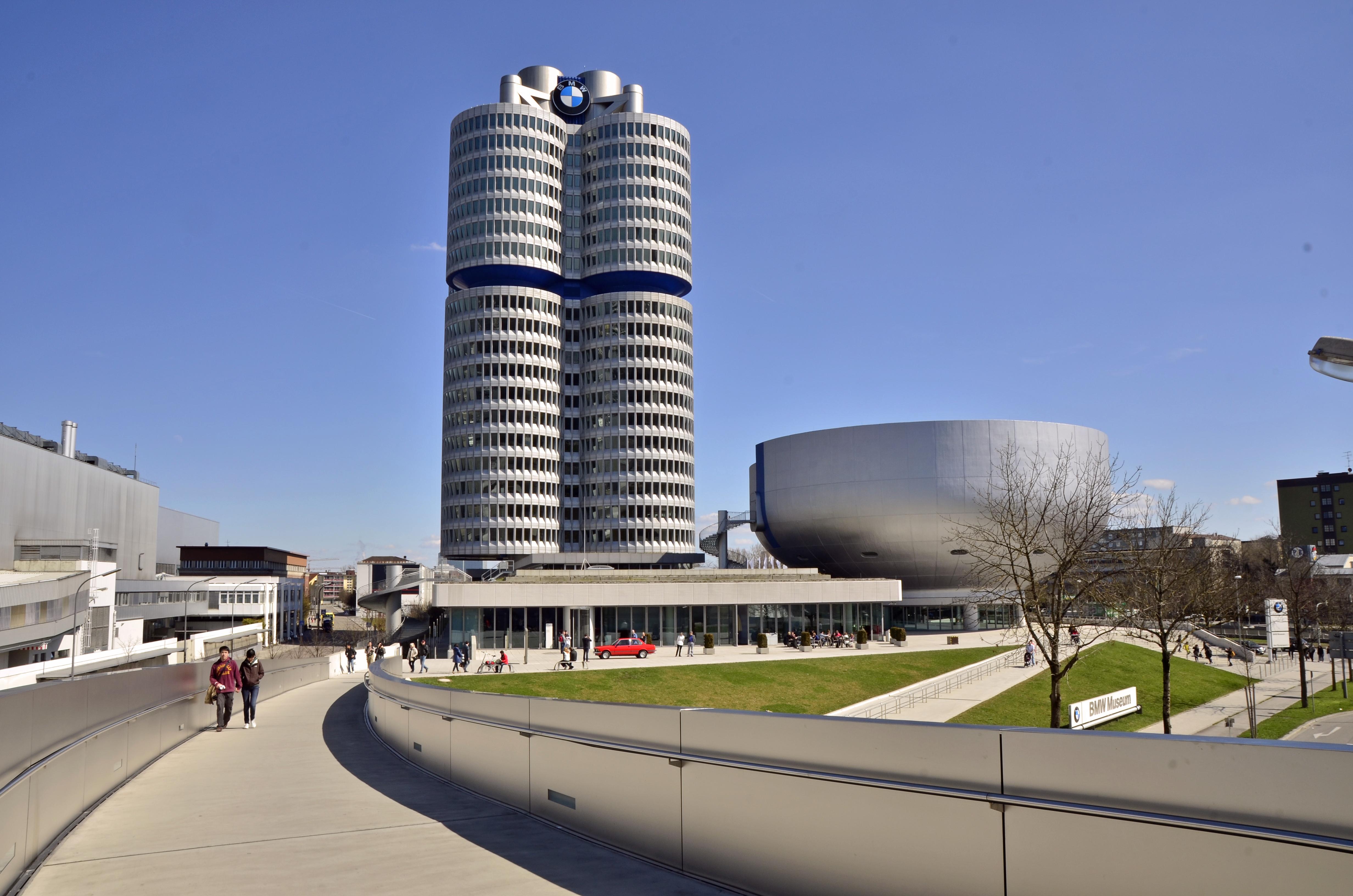 File BMW Hochhaus und BMW Museum JPG Wikimedia mons