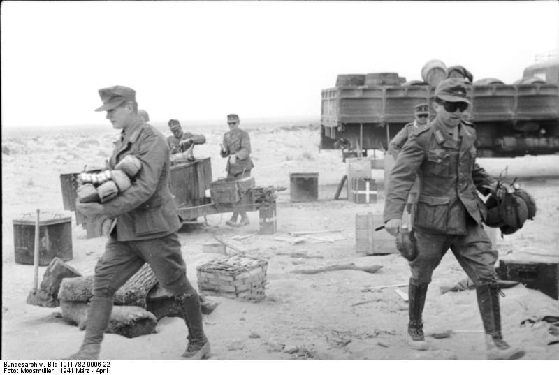 https://upload.wikimedia.org/wikipedia/commons/7/7a/Bundesarchiv_Bild_101I-782-0006-22%2C_Nordafrika%2C_Nachschub%2C_Soldaten_mit_Feldflaschen.jpg