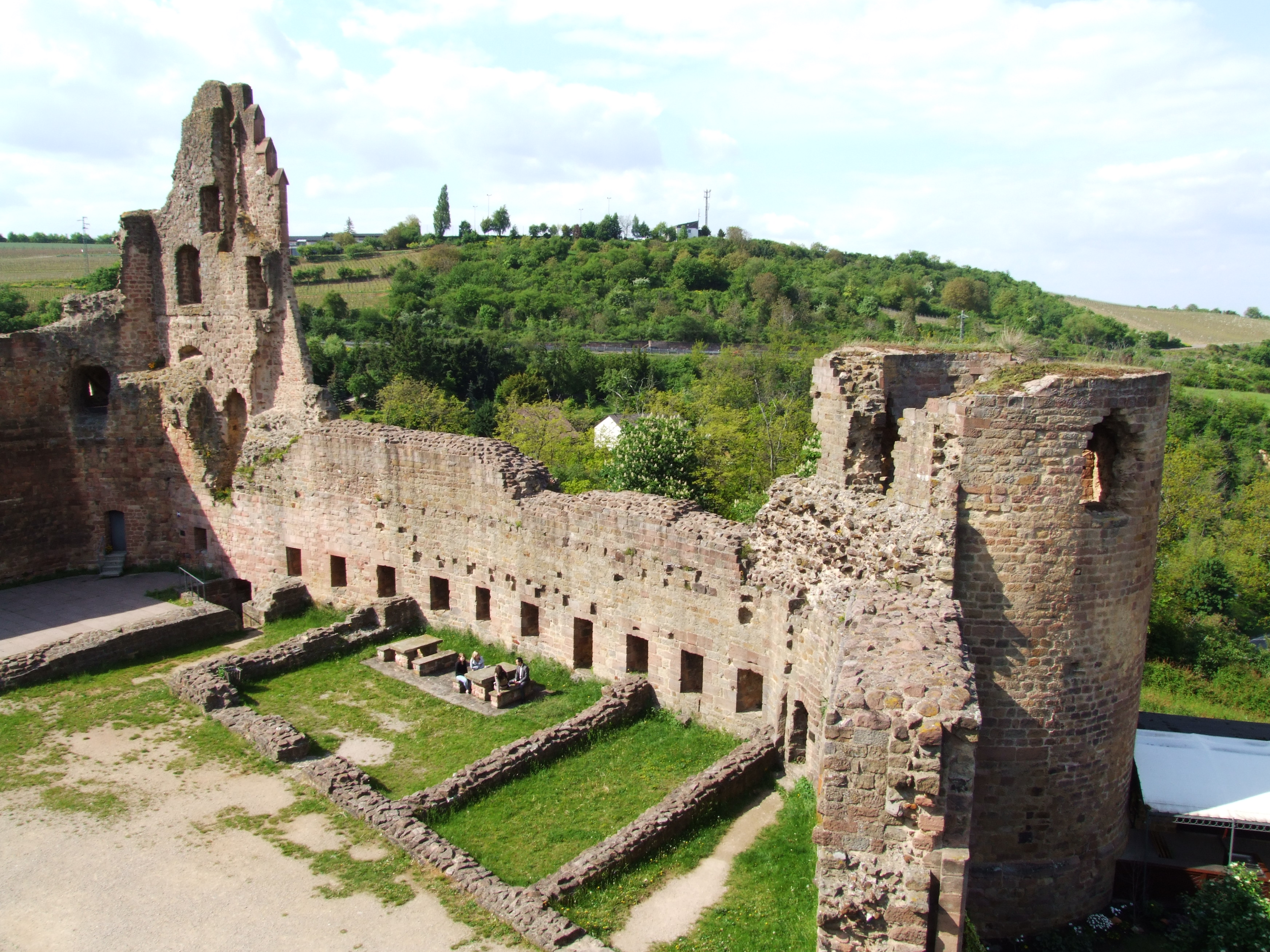 Datei:Burg Neuleiningen, Nordseite.JPG – Wikipedia