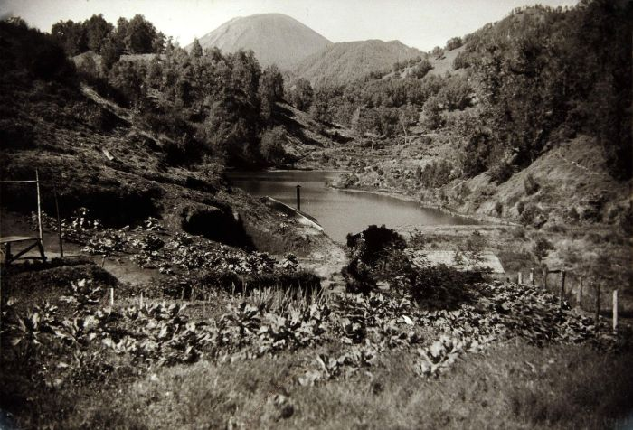 Ranu Pani pada tahun 1939, dengan latar belakang Gunung Semeru.
