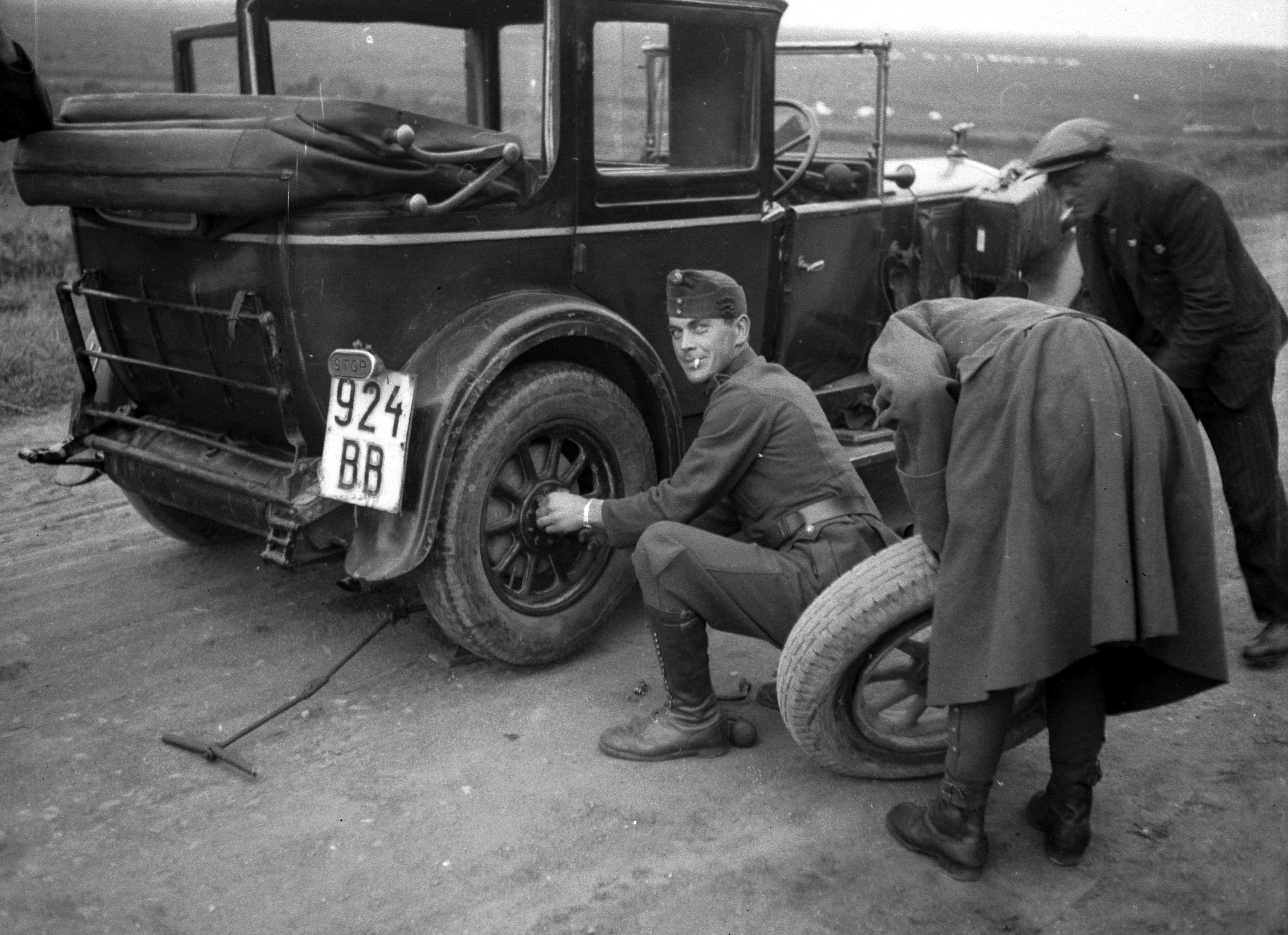 File:Car repair, tire, soldier, number plate, automobile, Fiat ...