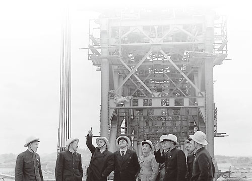 Chinese and Soviet engineers at the Wuhan Yangtze River Bridge in 1957