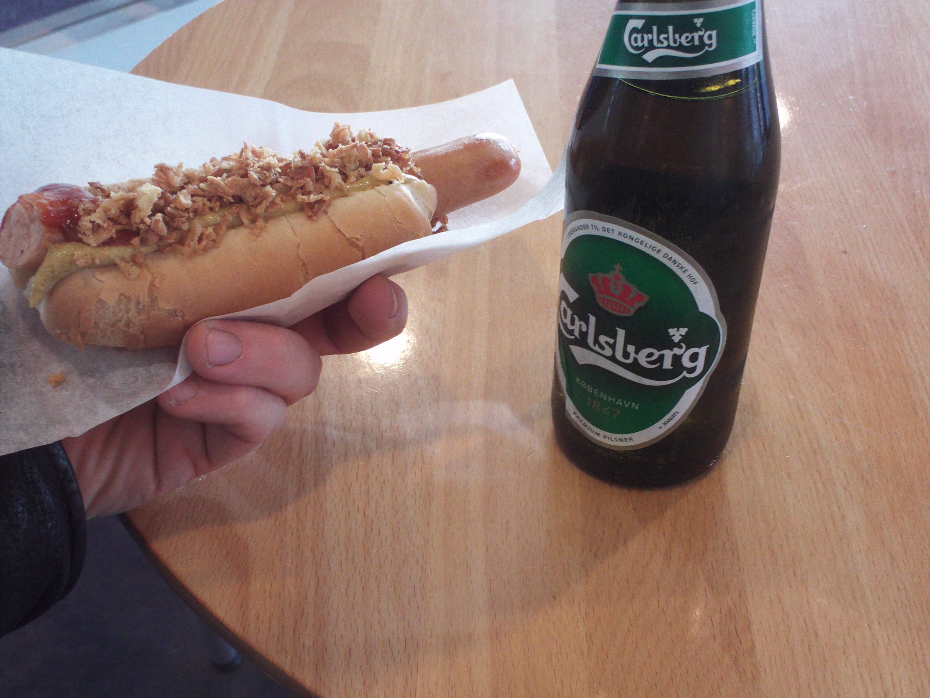 file danish hot dog and beer at copenhagen airport jpg wikimedia commons. Black Bedroom Furniture Sets. Home Design Ideas