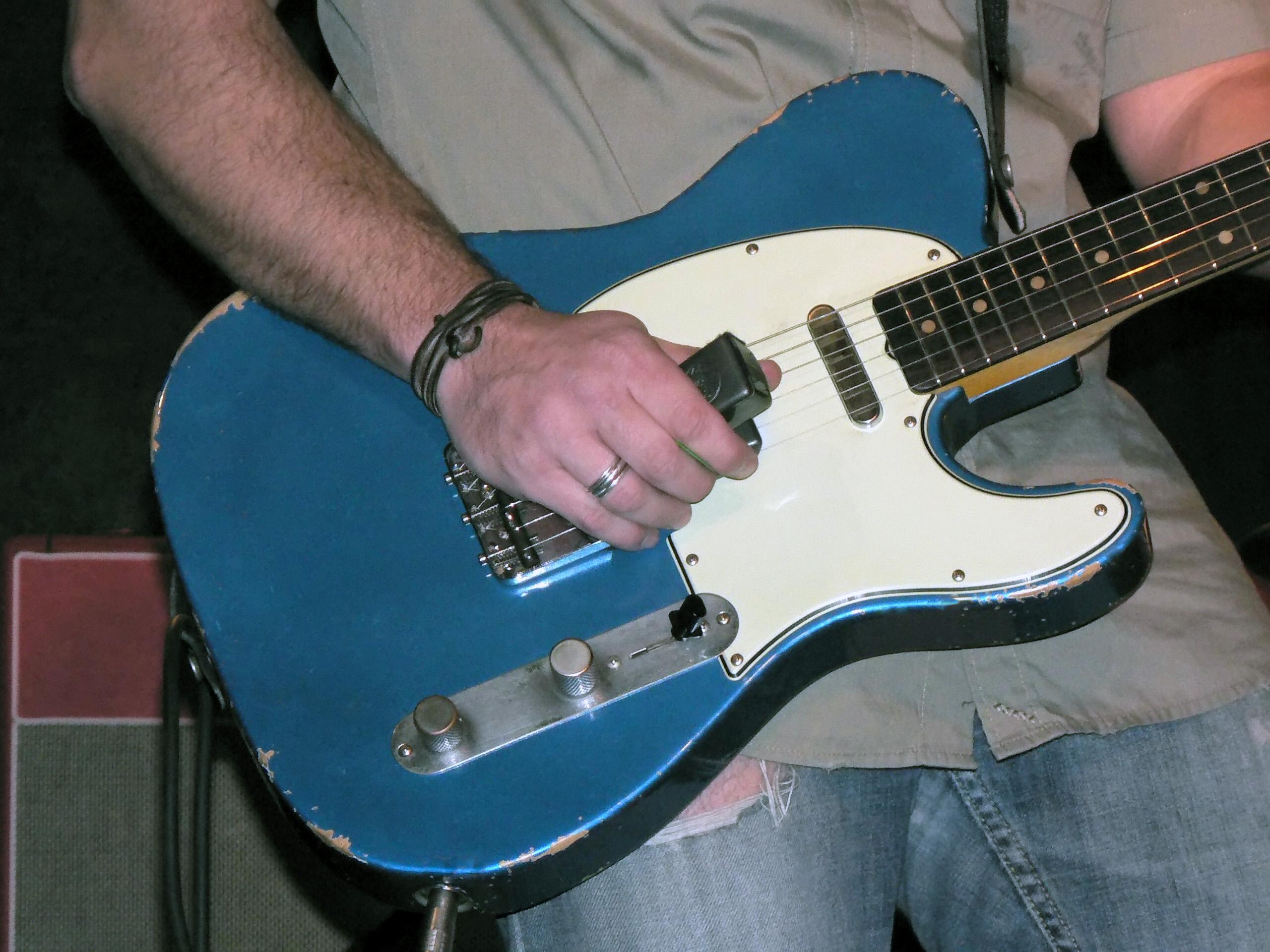 Una Fender Telecaster azul y blanca como esta fue usada por Spinetta para tocar en 2005 en la Casa Rosada. En 2011 Luis Alberto la dejó en la habitación donde convalecía Gustavo Cerati para que lo acompañara.