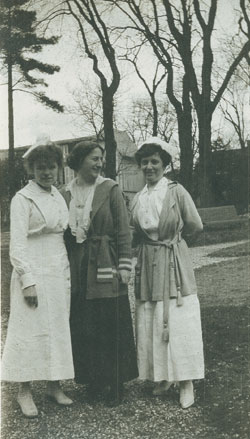 Elizabeth Shepley Sergeant (in the center) at the [[American Hospital of Paris
