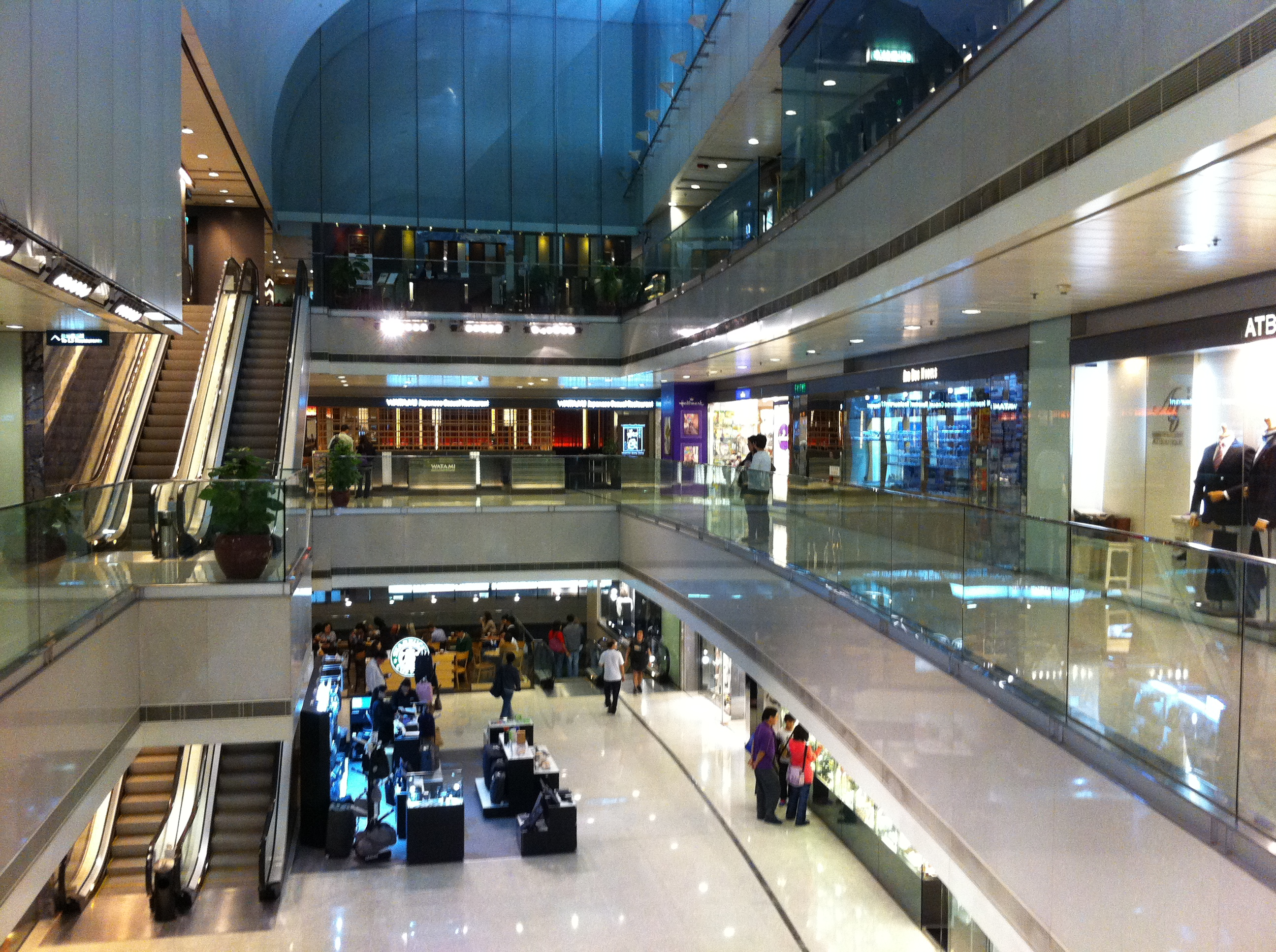 File:HK Central Man Yee Arcade night courtyard VOID ...