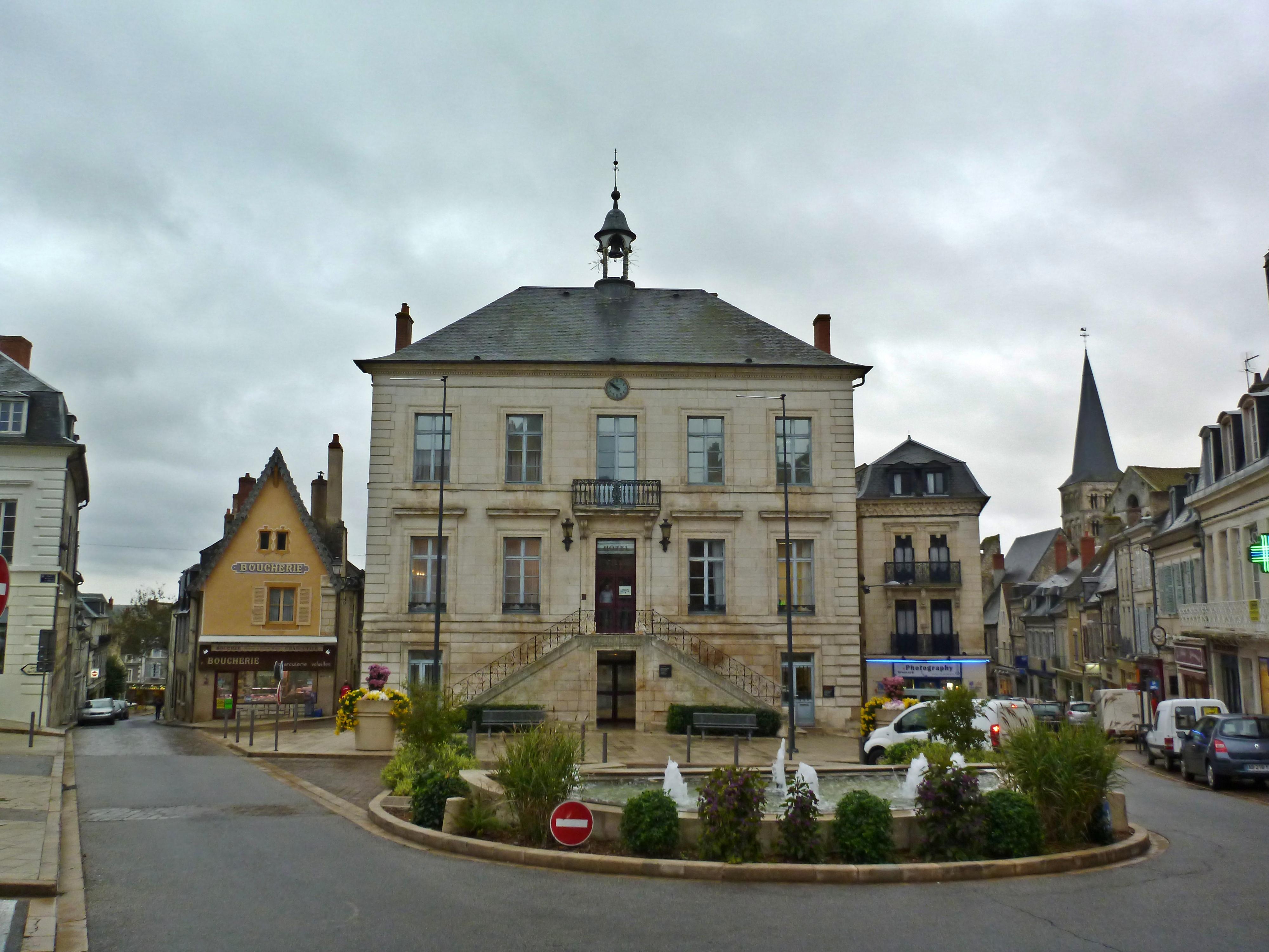 File hotel de ville la charit sur loire jpg wikimedia for Piscine la charite sur loire