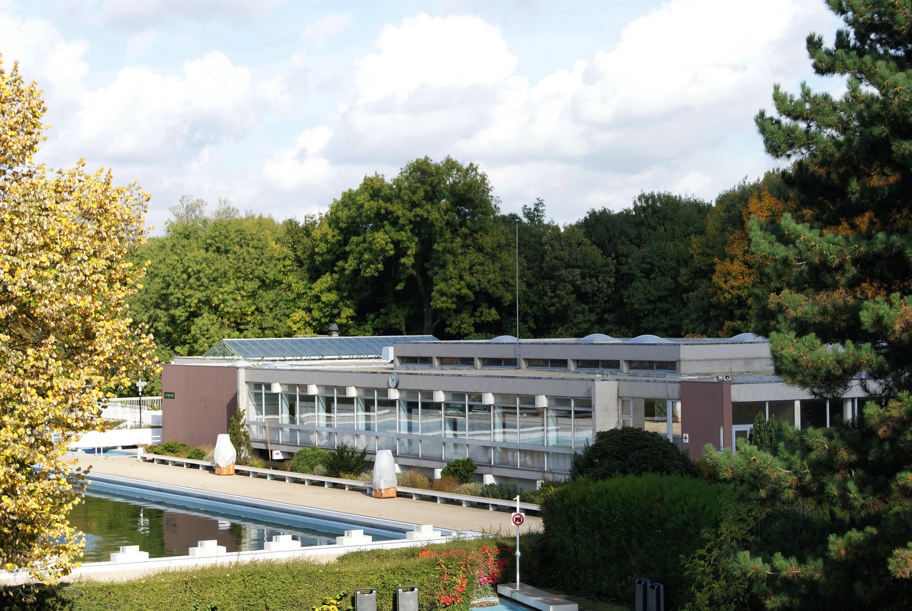 File la grenouill re piscine en plein air dans le parc for Les piscines