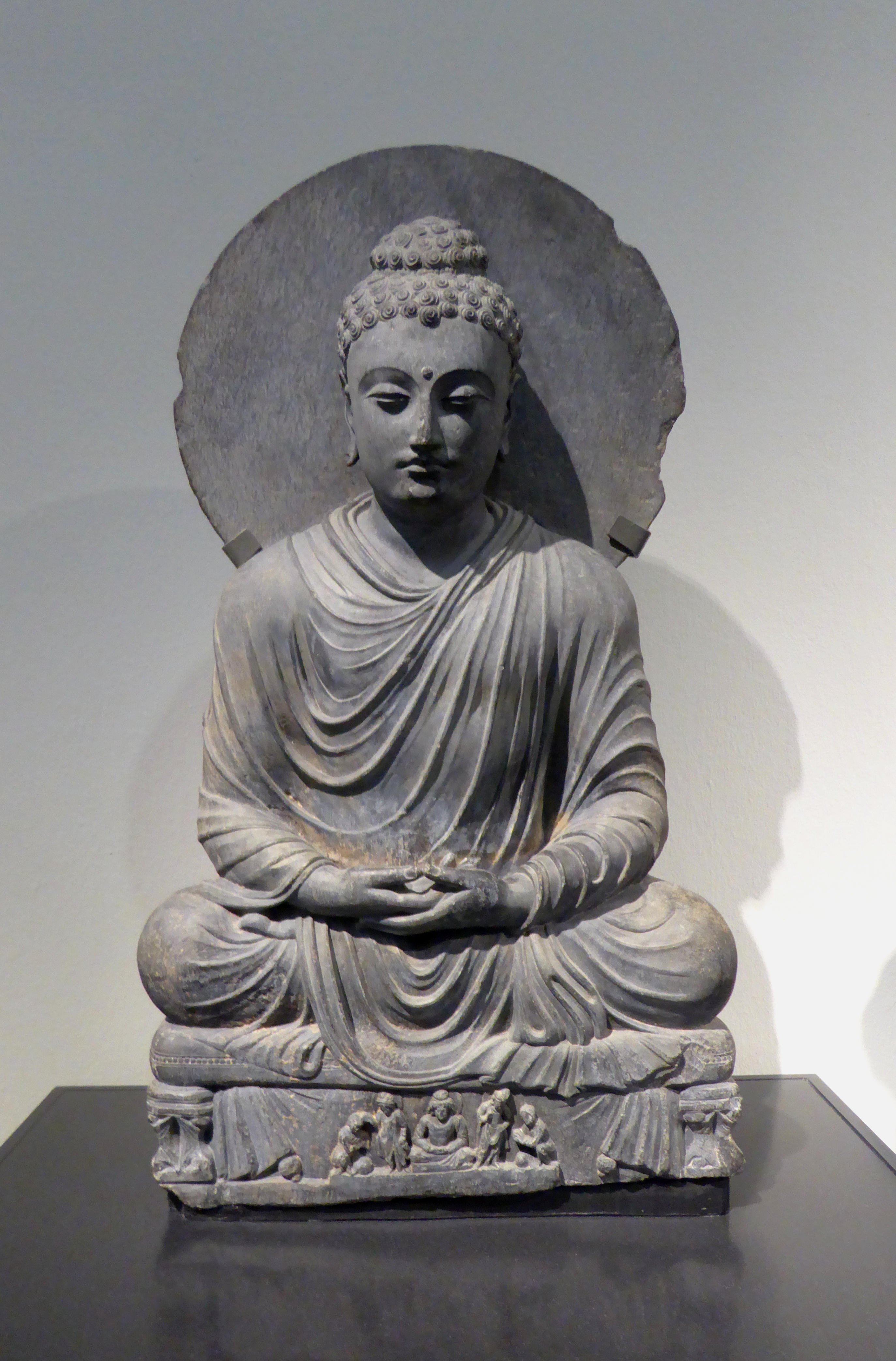 file meditating buddha statue from gandhara jpg wikimedia commons