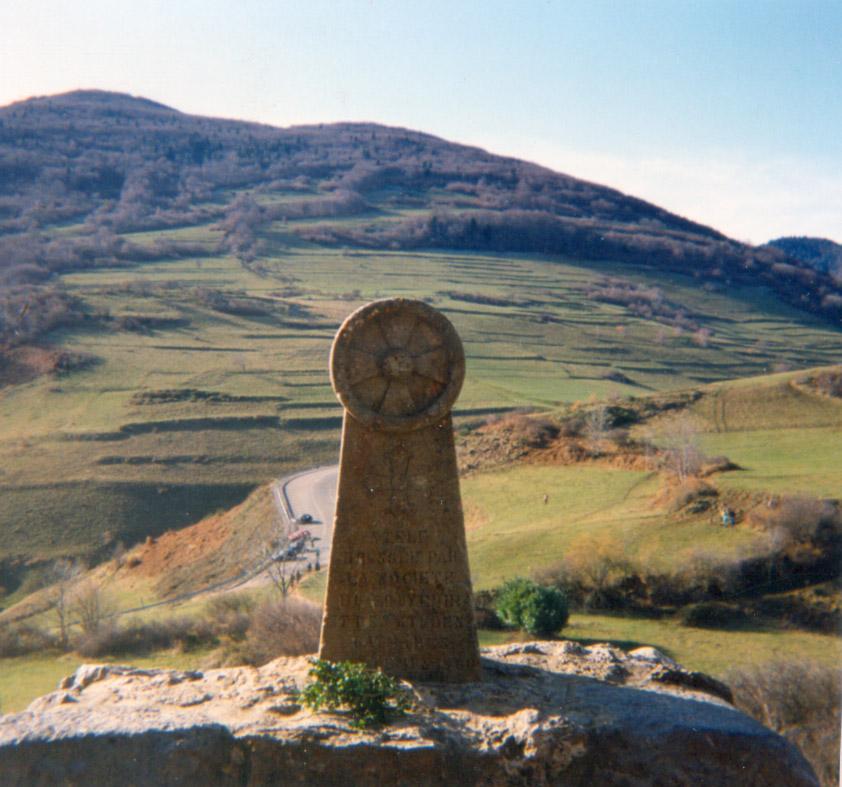 Estela situada en el Camp dels Cremats (Campo de los quemados), recordando la pira en la que ardieron 200 cátaros defensores de Montsegur.