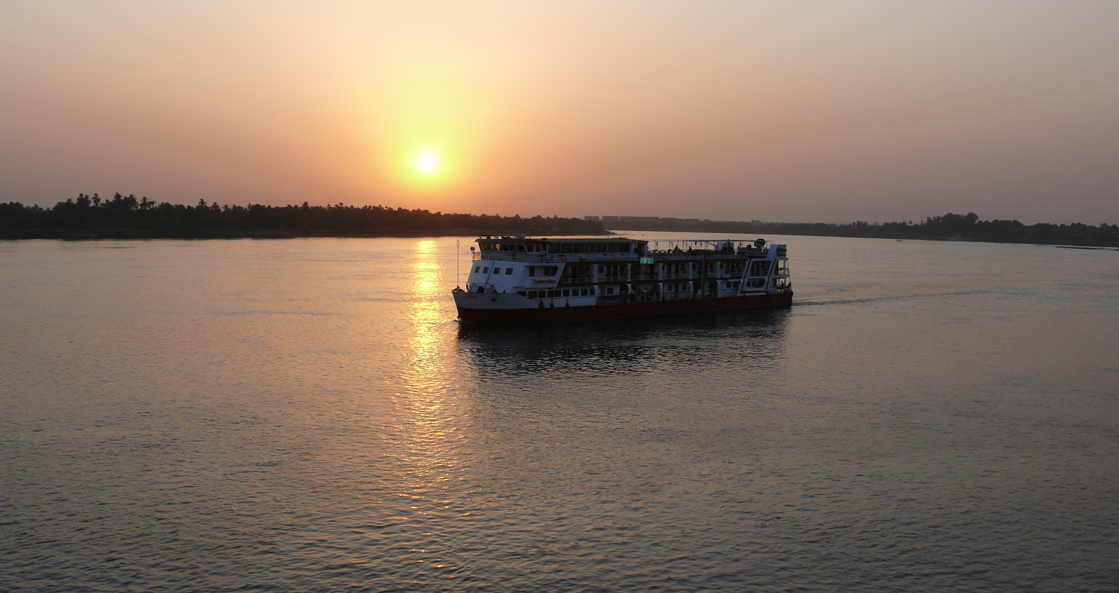Cruise ship on the Nile heads off into the sunset. Photo courtesy of Ad Meskens via Wikimedia Commons.