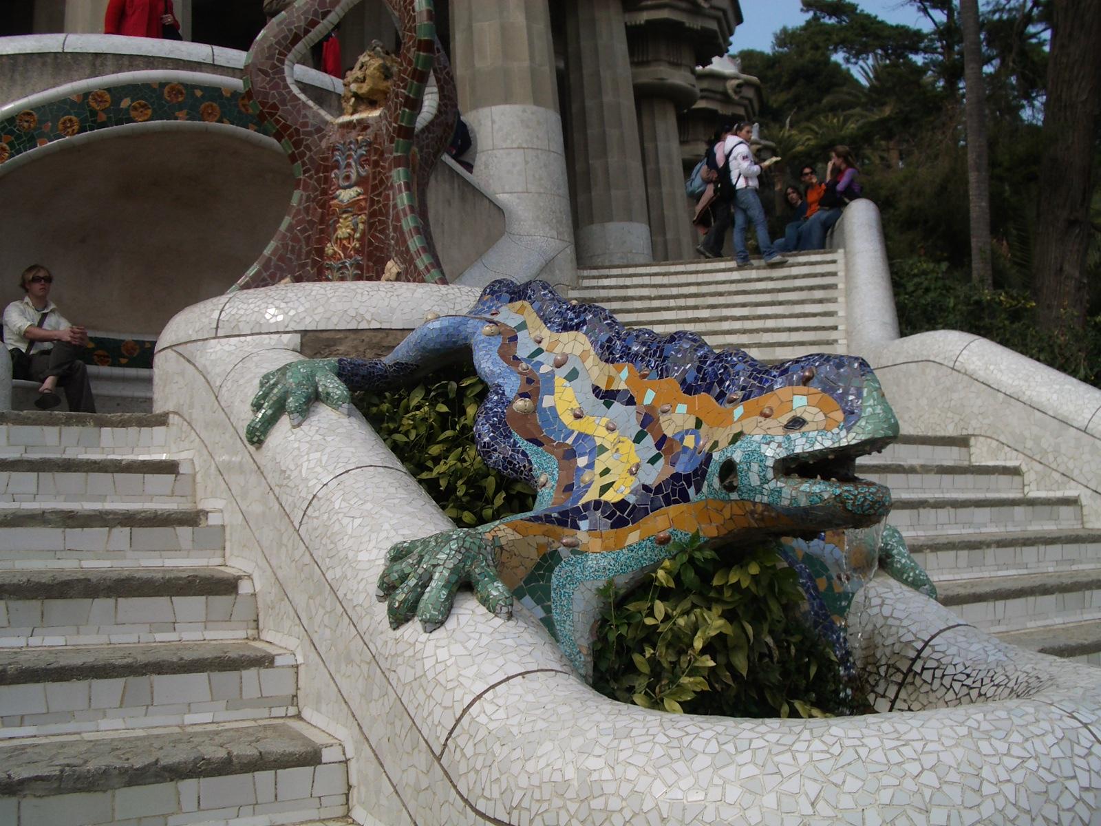 """""""Park Güell, una de las obras más emblemáticas de Antoni Gaudí"""" Park Guell Park Guell, el nido de la aristocracia Park Guell Dragon Fountain"""