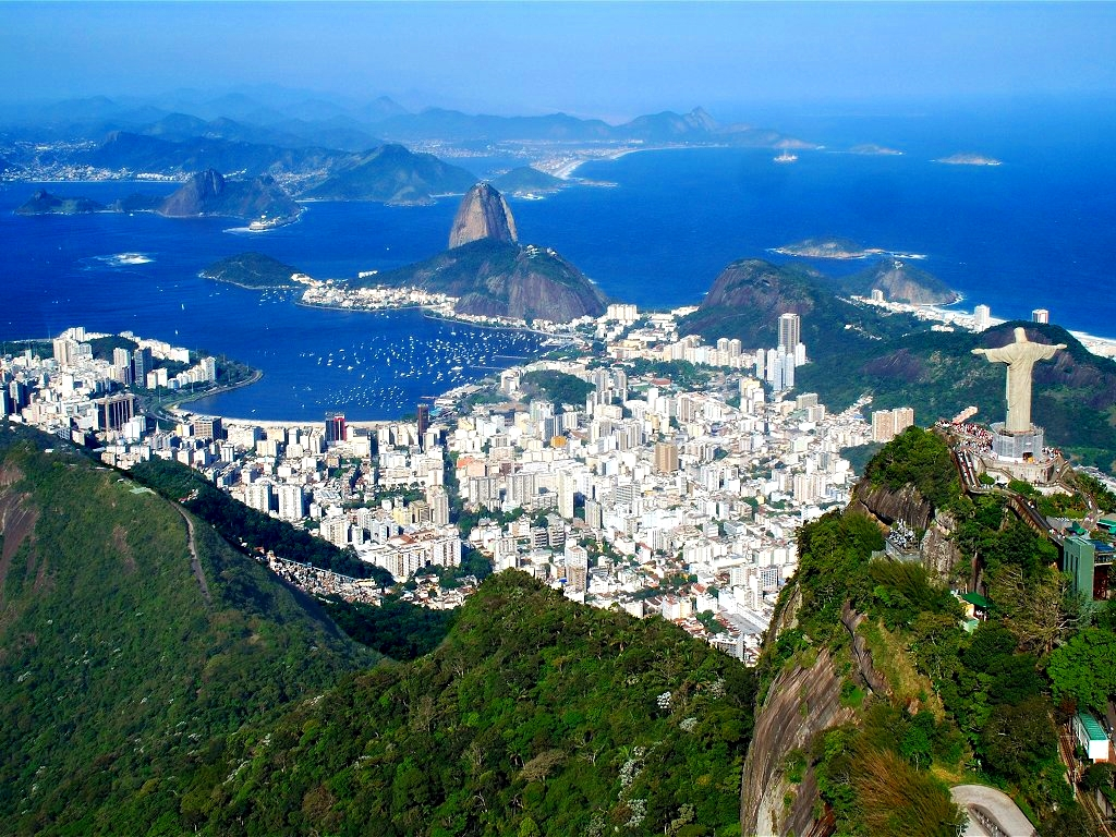 Vue panoramique d'une partie de la ville de Rio de Janeiro au Brésil. Au premier plan le Cristo Redentor au sommet du Corcovado, au second plan le quartier Botafogo et la mythique plage de Copacabana (source: wikimedia commons)