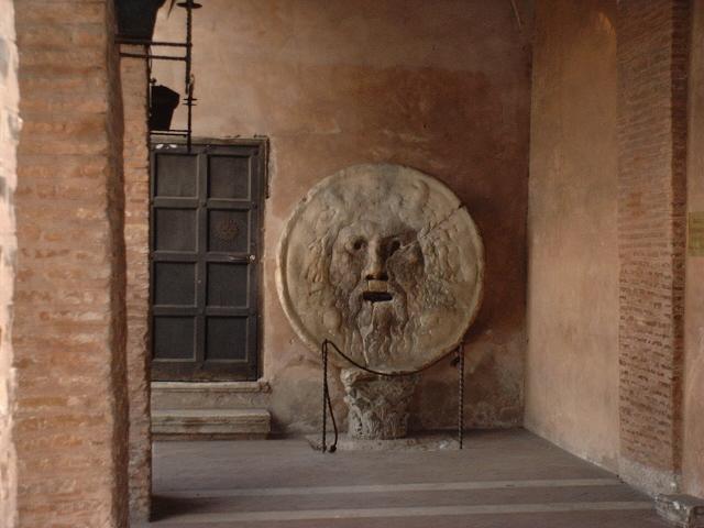 La Bocca della Verità, Santa Maria in Cosmetin, Roma - la leggenda vuole che chi infila la mano nella bocca della verità, se mentisce, o è un mentitore, la mano gli viene mozzata...a me me lo raccontarono quando ero molto piccola, ebbi paura,  ma siccome sono sempre stata impunita feci finta di niente...cioè...credo...  dans Roma Roma-bocca_della_verit%C3%A0