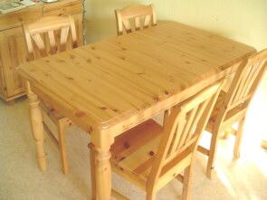 drweniane meble - stół i krzesła