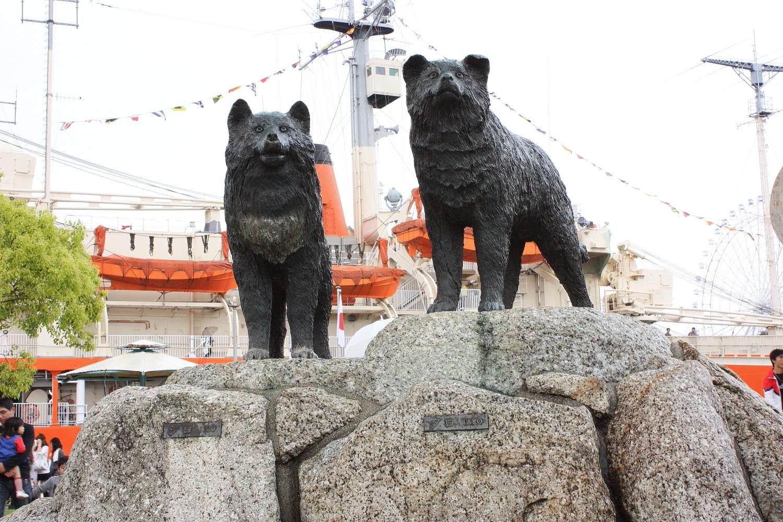https://upload.wikimedia.org/wikipedia/commons/7/7a/The_Statues_of_Taro_%26_Jiro_in_Garden_Pier%2C_Minato-machi_Minato_Ward_Nagoya_2009.jpg