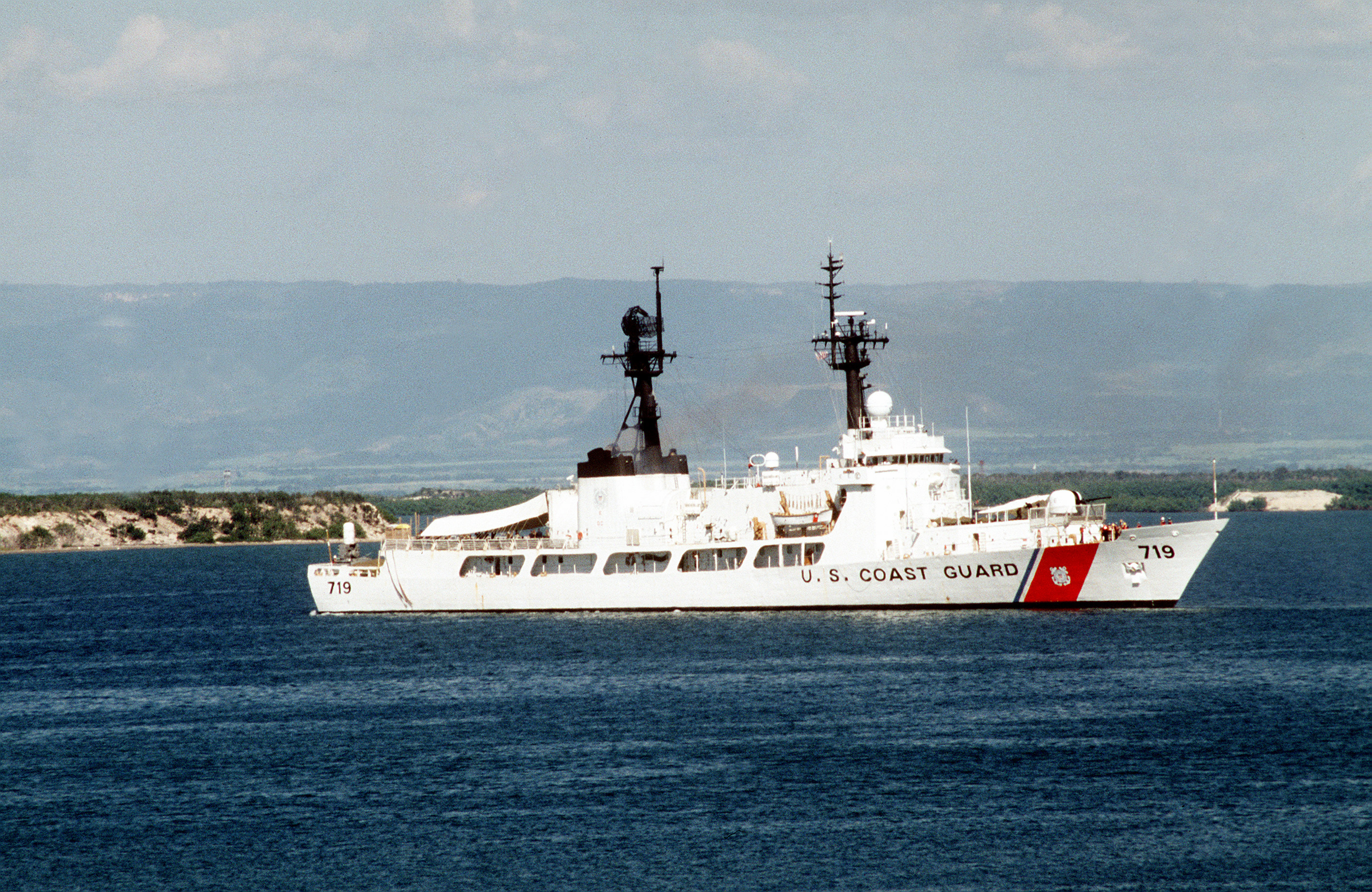 https://upload.wikimedia.org/wikipedia/commons/7/7a/USCGC_Boutwell_WHEC-719.jpg