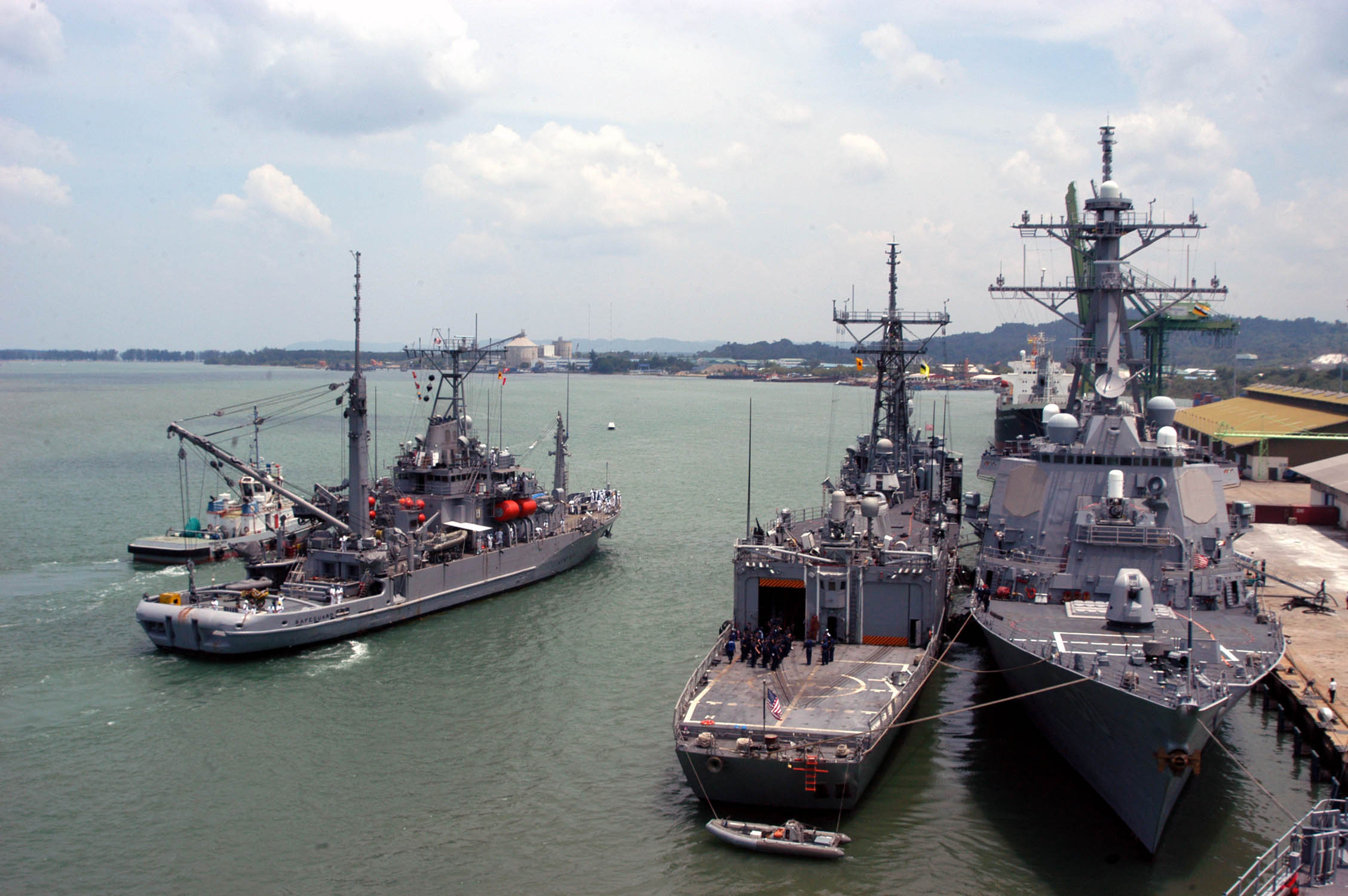 File:US Navy 060607-N-4205W-003 Rescue and salvage ship ... |Navy Salvage Ships