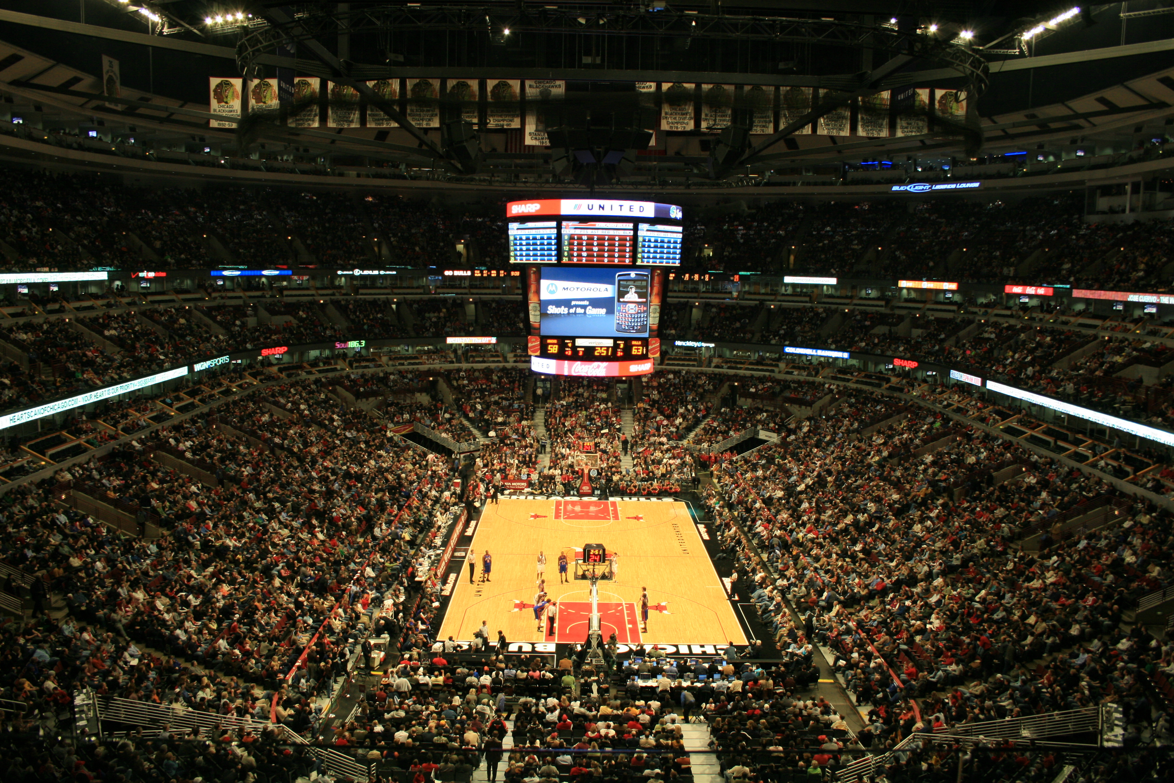 File United Center Interior Jpg Wikimedia Commons