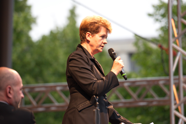 julia jones german
