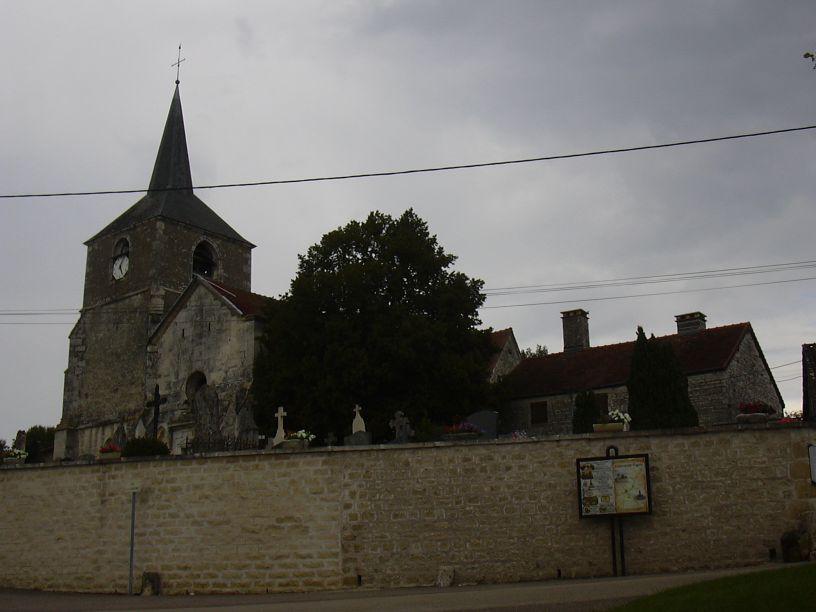 Kyrkan i Rouvres-les-Vignes, Église Saint-Maurice. Bilden länkad från Wikimedia Commons (foto Peter Potrowl, 2005).
