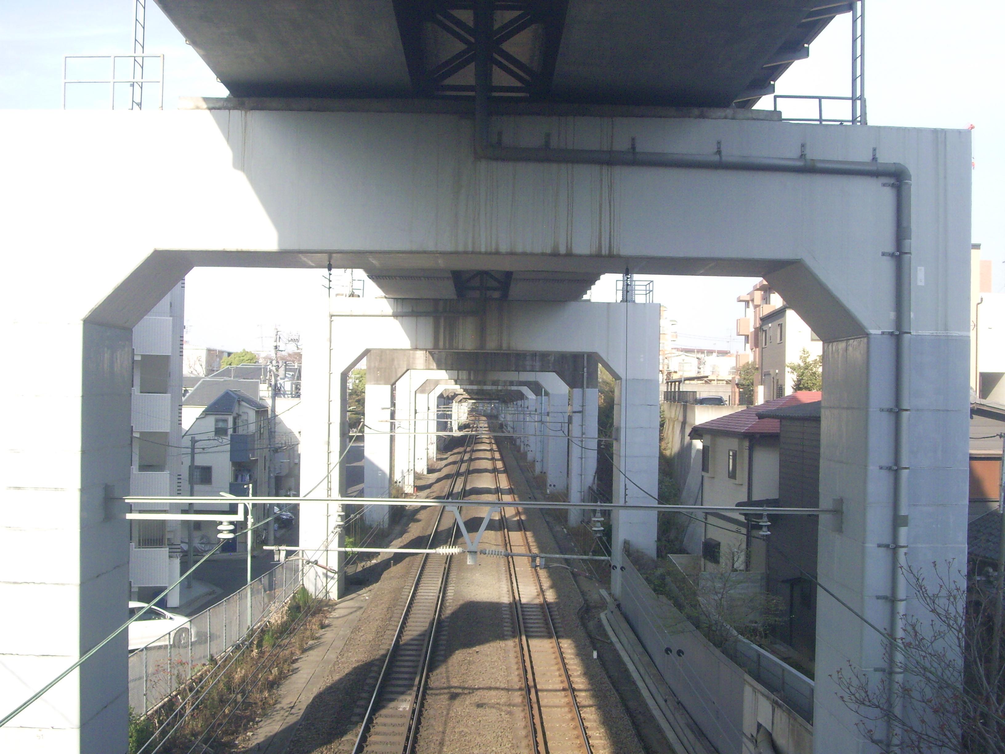 https://upload.wikimedia.org/wikipedia/commons/7/7b/Above_Bl_-_Hinkaku_line_%26_Tokaido_Shinkansen_1.jpg
